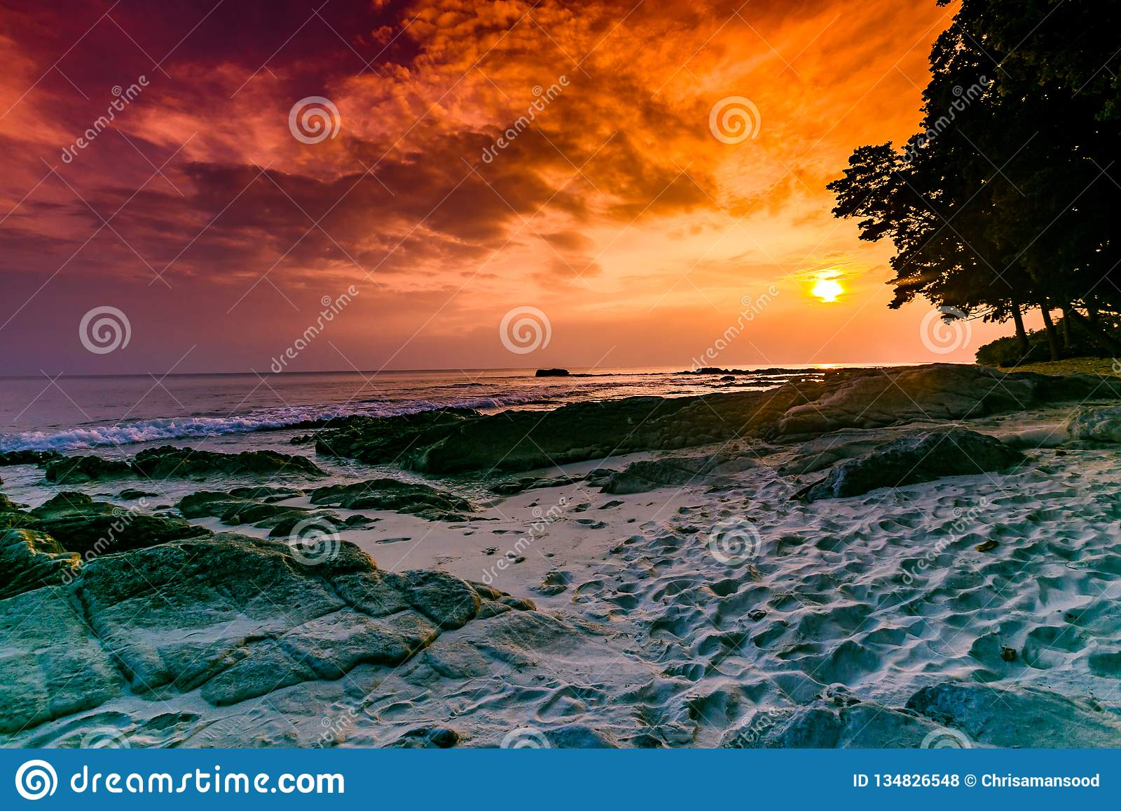 Tir de coucher du soleil de stupéfaction à l île radhanagar Inde de havelock de plage