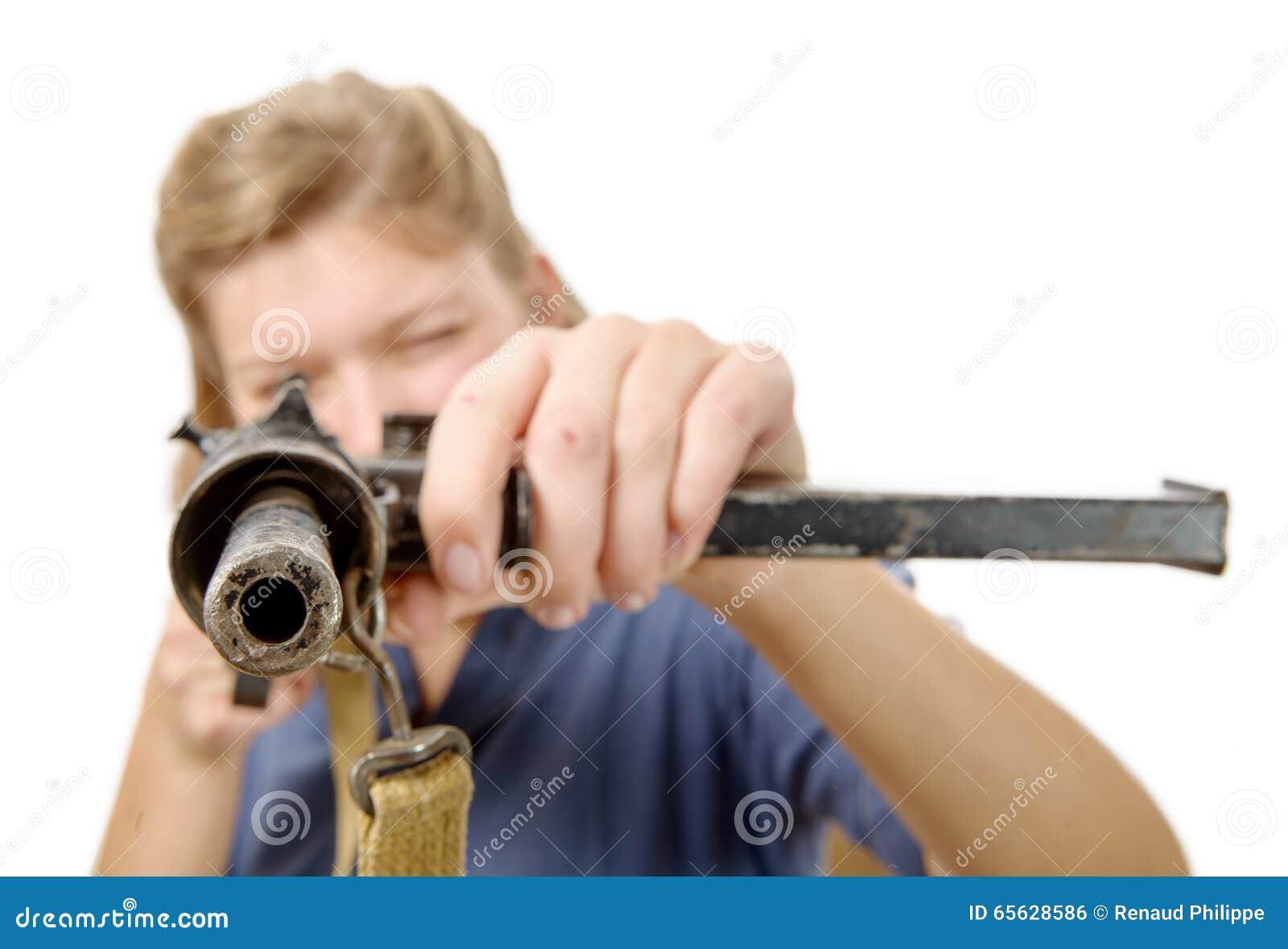 Tir de jeune femme avec une arme à feu d isolement sur un fond blanc