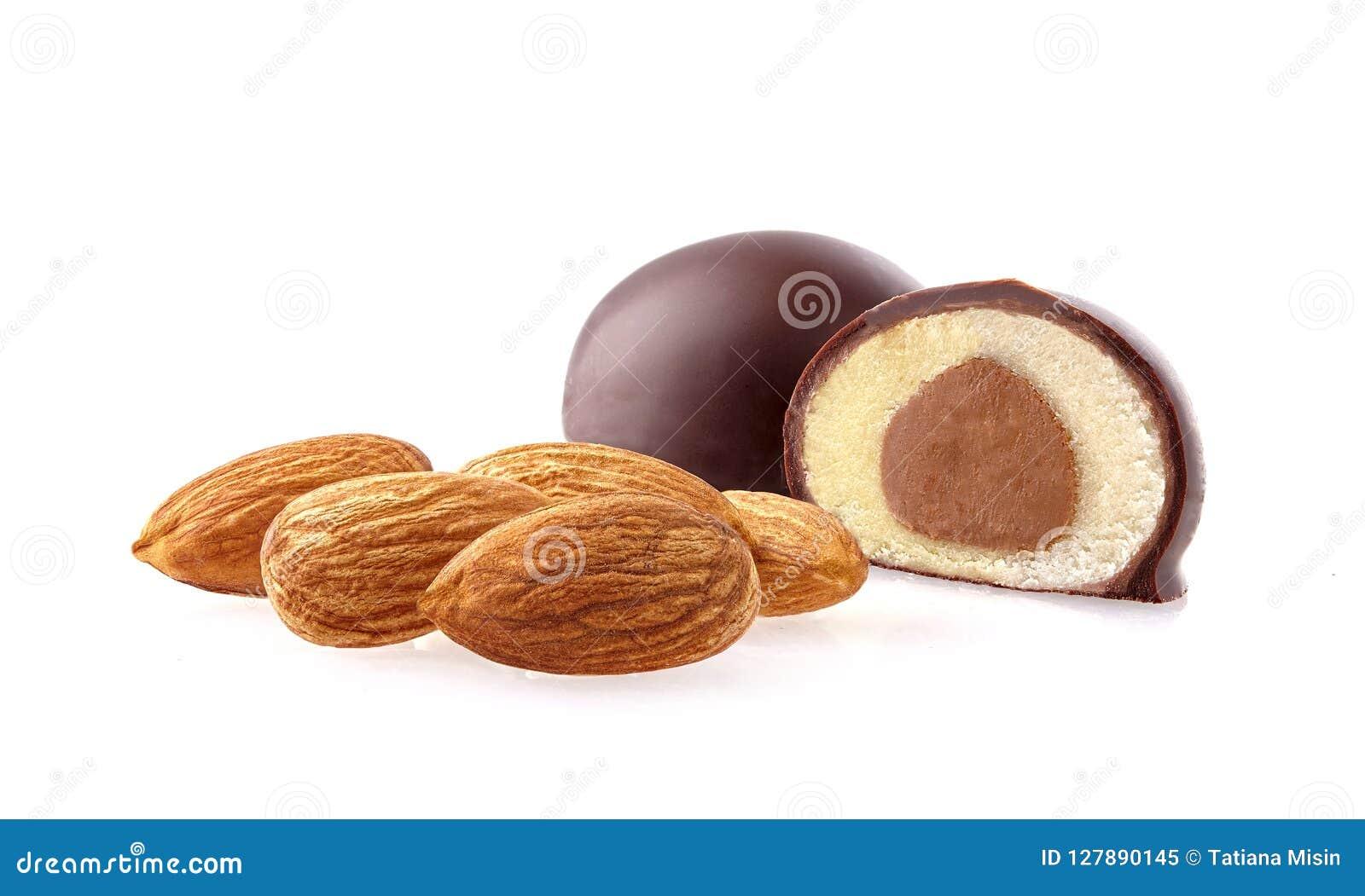 Tir de plan rapproché de chocolat coupé de massepain sur le fond blanc
