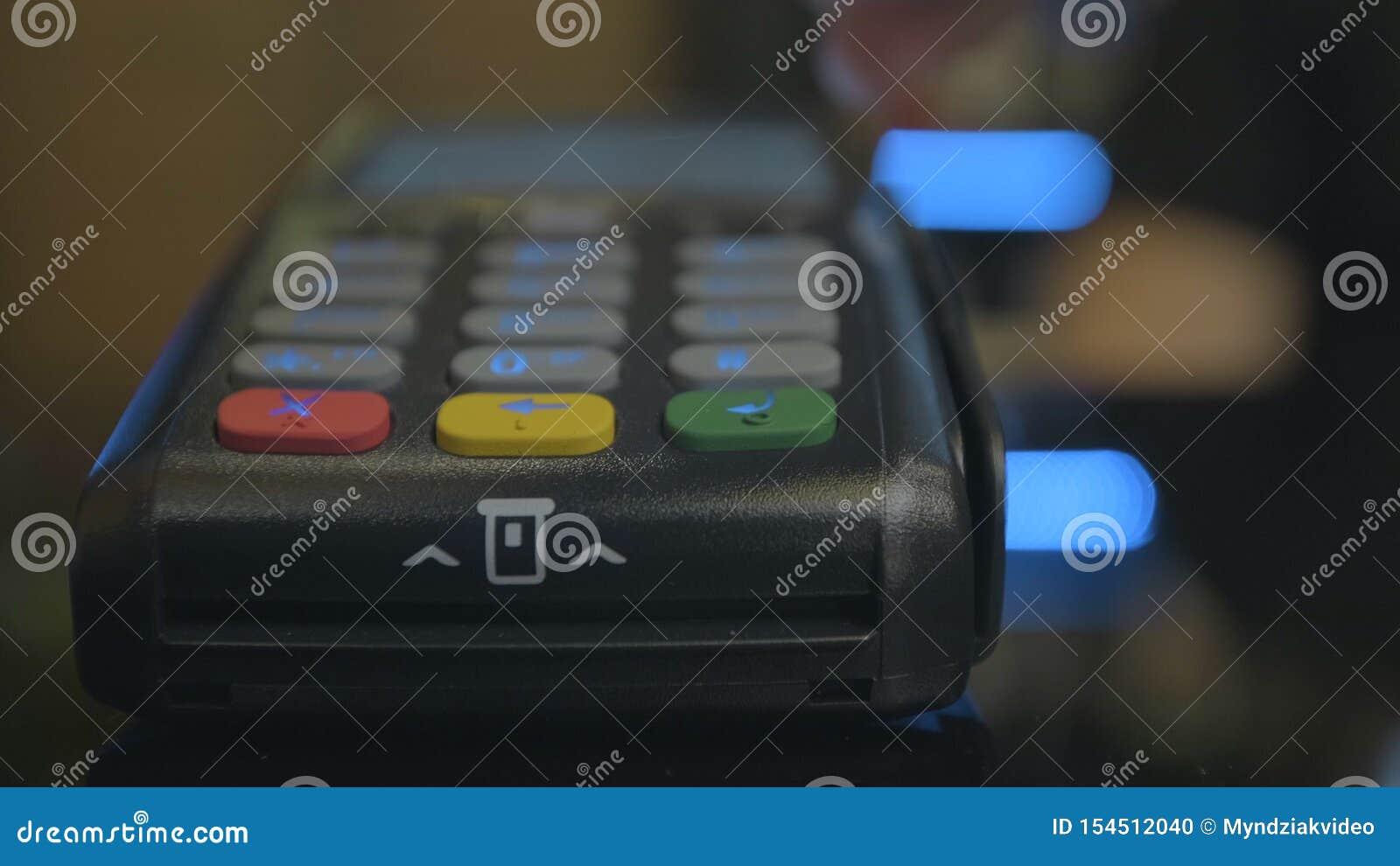 Tir de plan rapproch? du salaire de client au-dessus du carte-lecteur sans fil de commerces Mains humaines adultes de carte banca