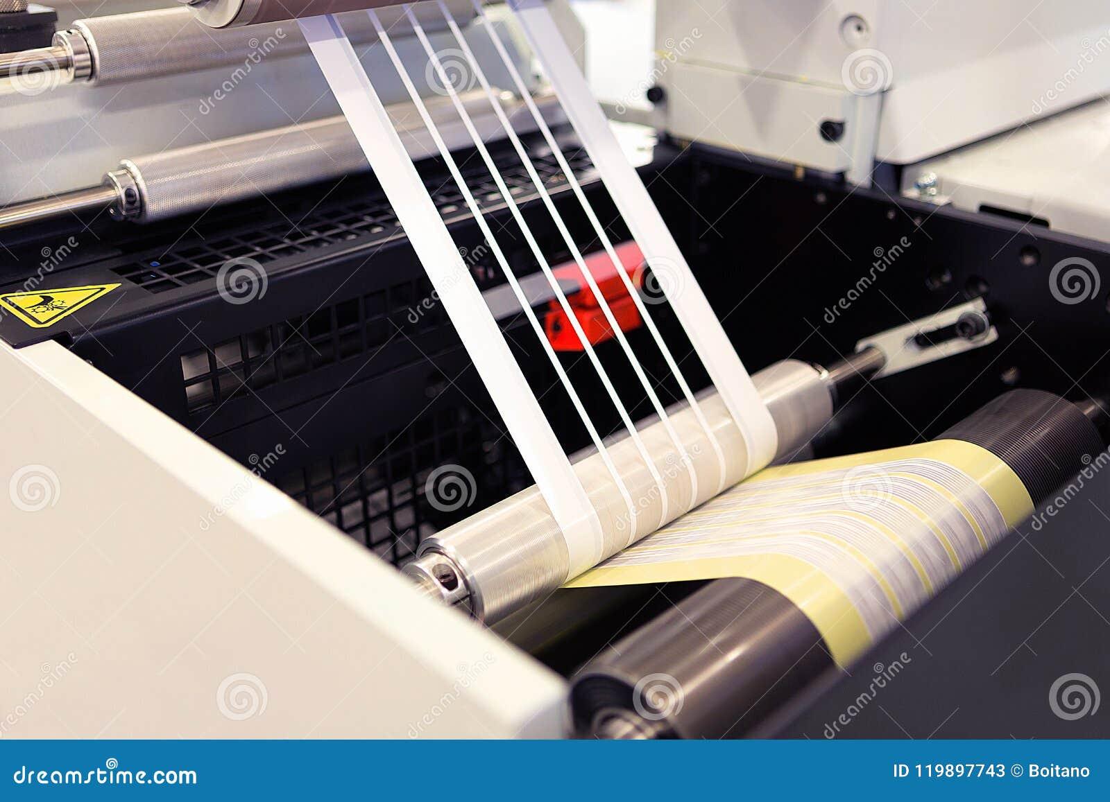 Tir en gros plan des labels fabriquant sur la machine d impression de flexo Détail de photo des déchets de matrice ou d enlèvemen
