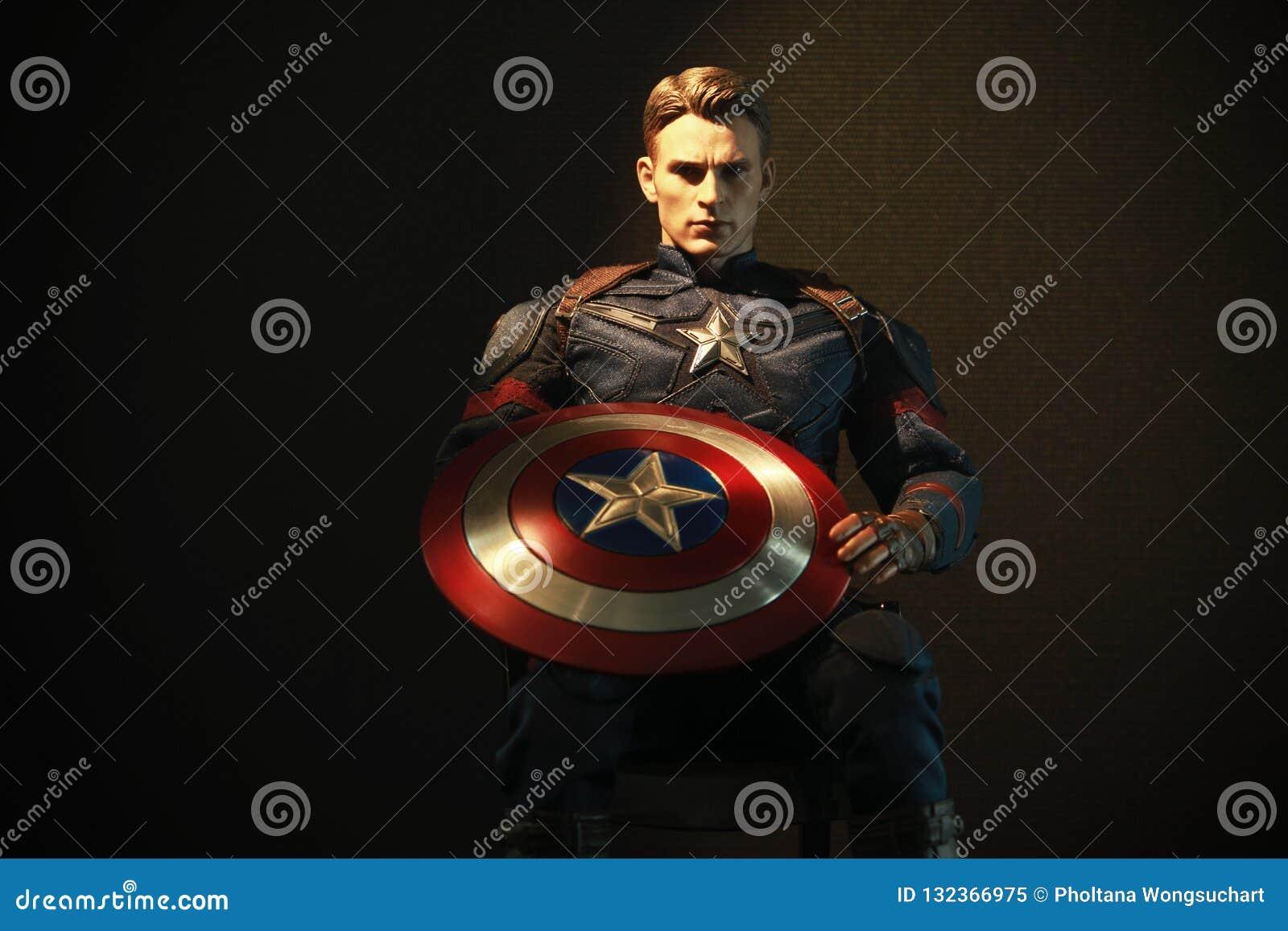 Tir haut étroit de capitaine America dans le chiffre de superheros de VENGEURS dans l action