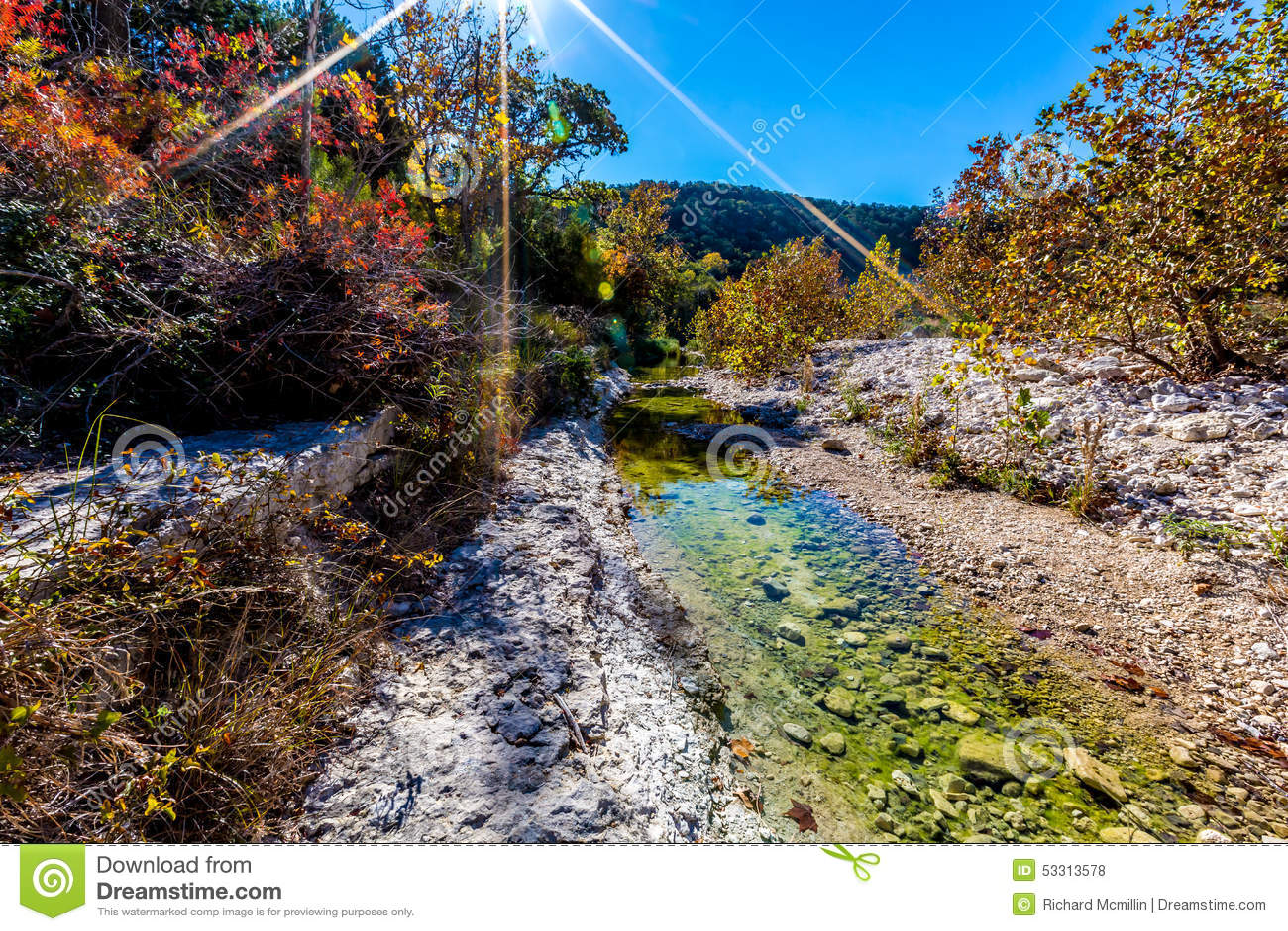 Tir large de Rocky Stream Surrounded par le feuillage d automne avec les cieux bleus aux érables perdus