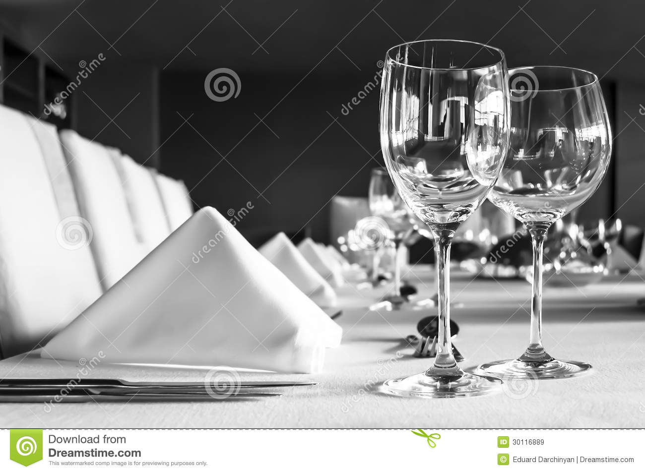 Arrangement de tableau dans le restaurant images libres de for Disposition des verres sur la table