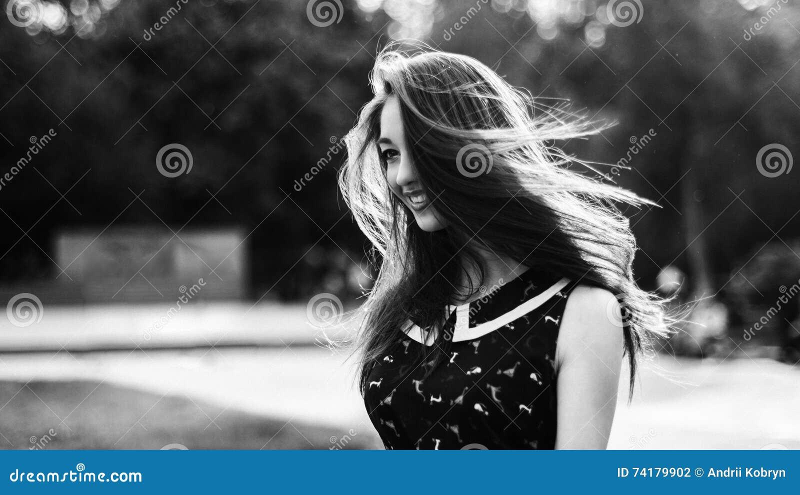 Cheveux longs noir et blanc