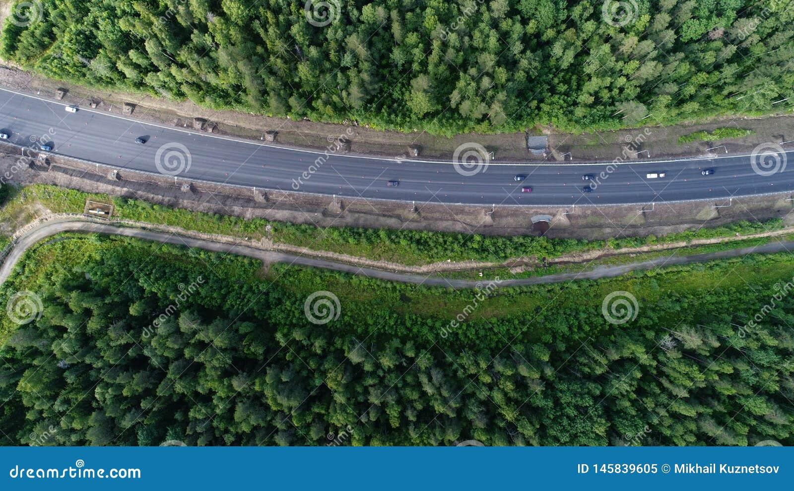 Tir a?rien de paysage de nature de for?t de beaut? avec la route
