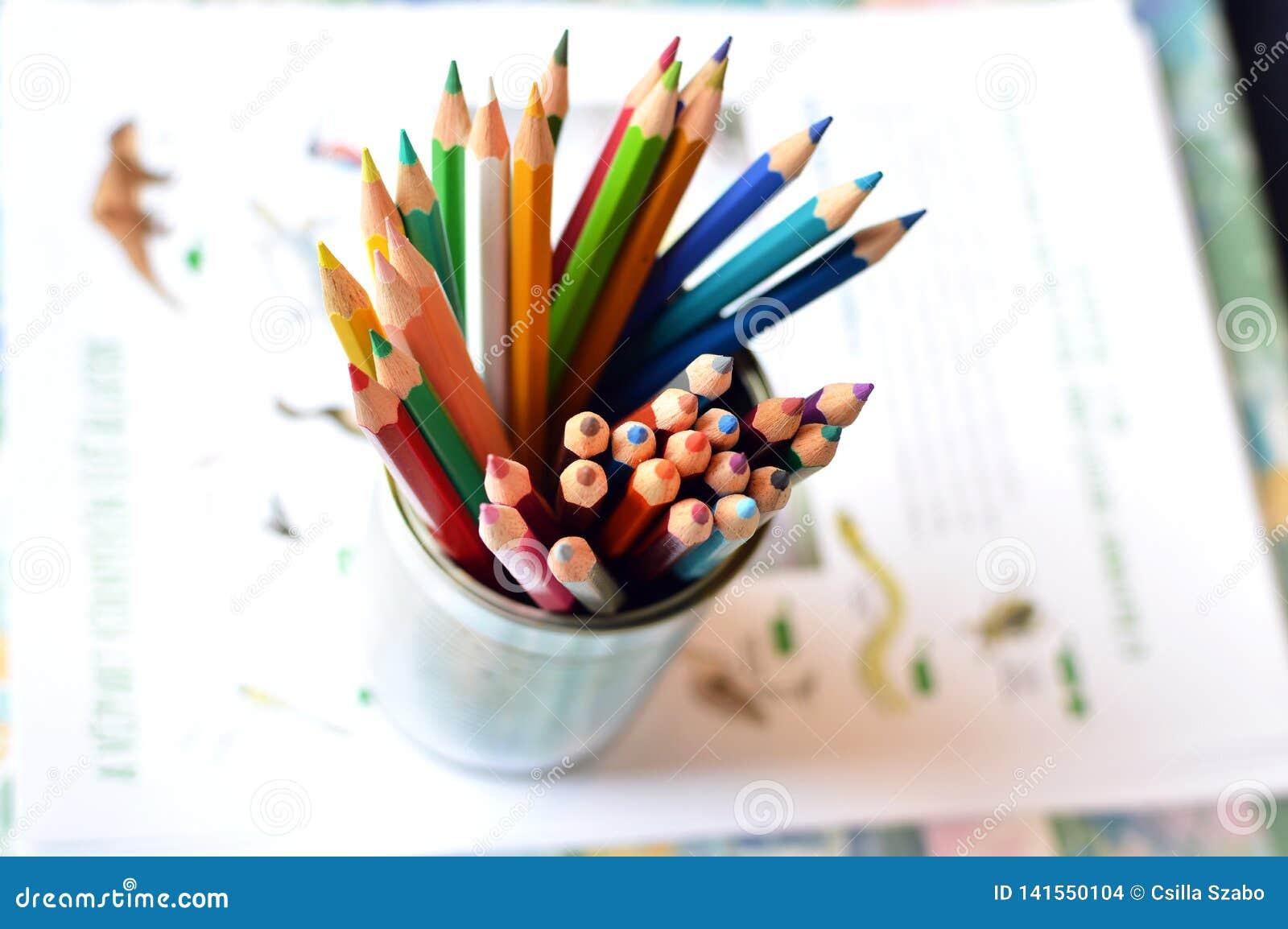Tir supérieur, fin de différents, utilisés, émoussés, mats et affilés crayons colorés sur le fond lumineux de papiers, l espace p
