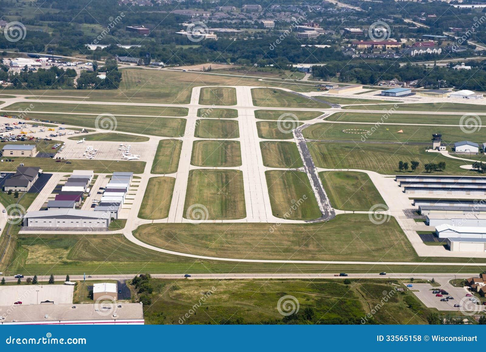 Tira de aterrissagem do aeroporto de cima da vista aérea