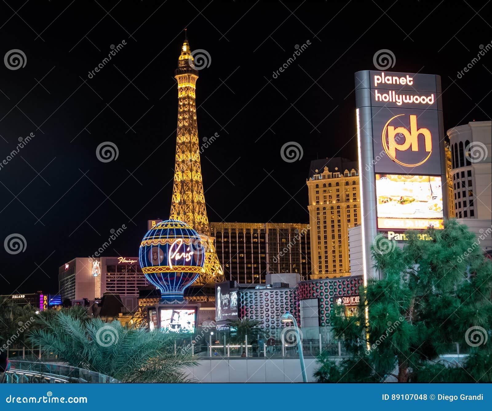 Tira de Las Vegas e casino do hotel de Paris na noite - Las Vegas, Nevada, EUA