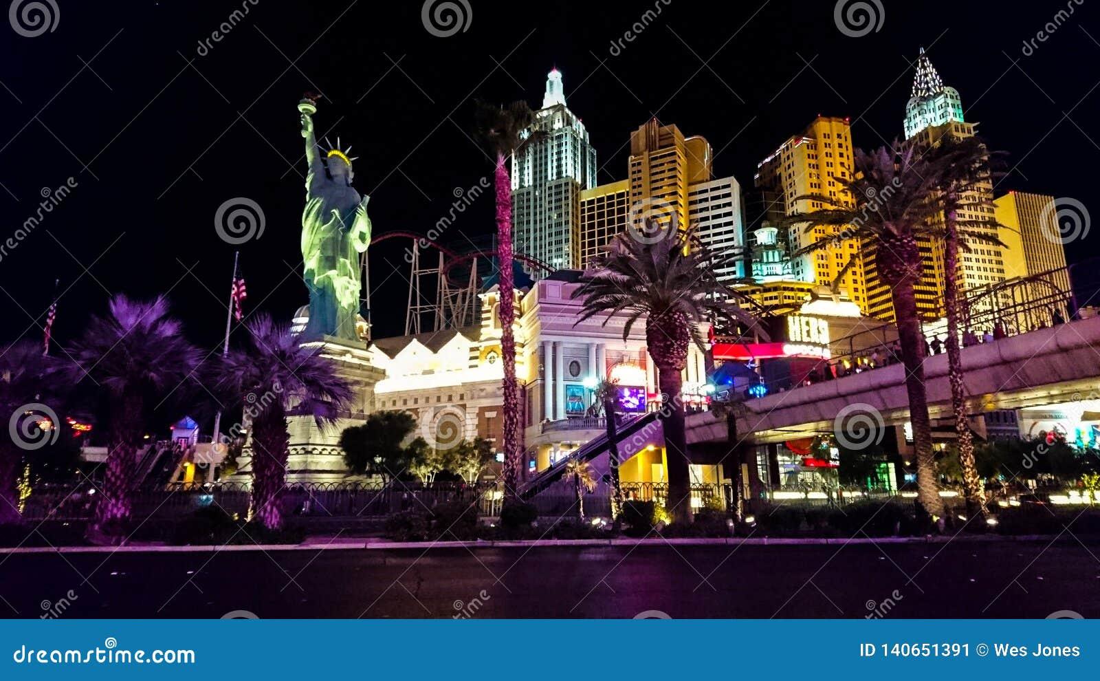 Tira de Las Vegas encendida para arriba en la noche