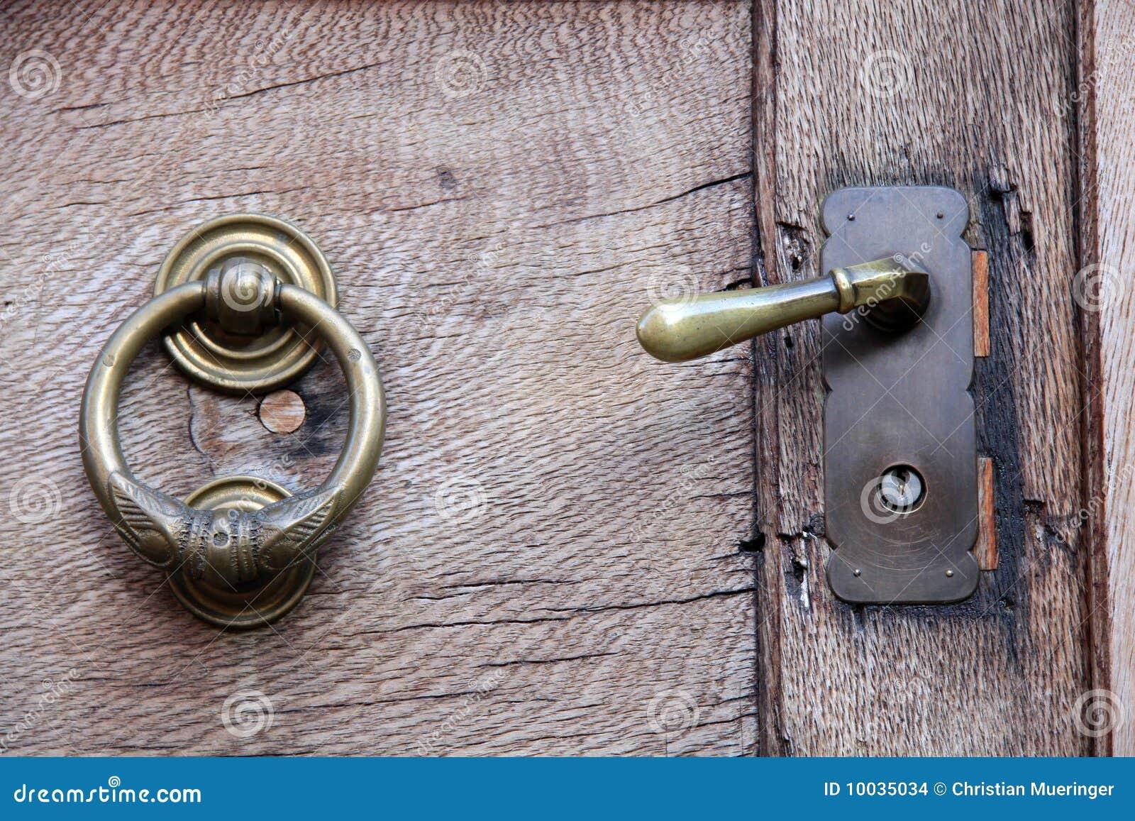 Tirador y golpeador en puerta de madera vieja