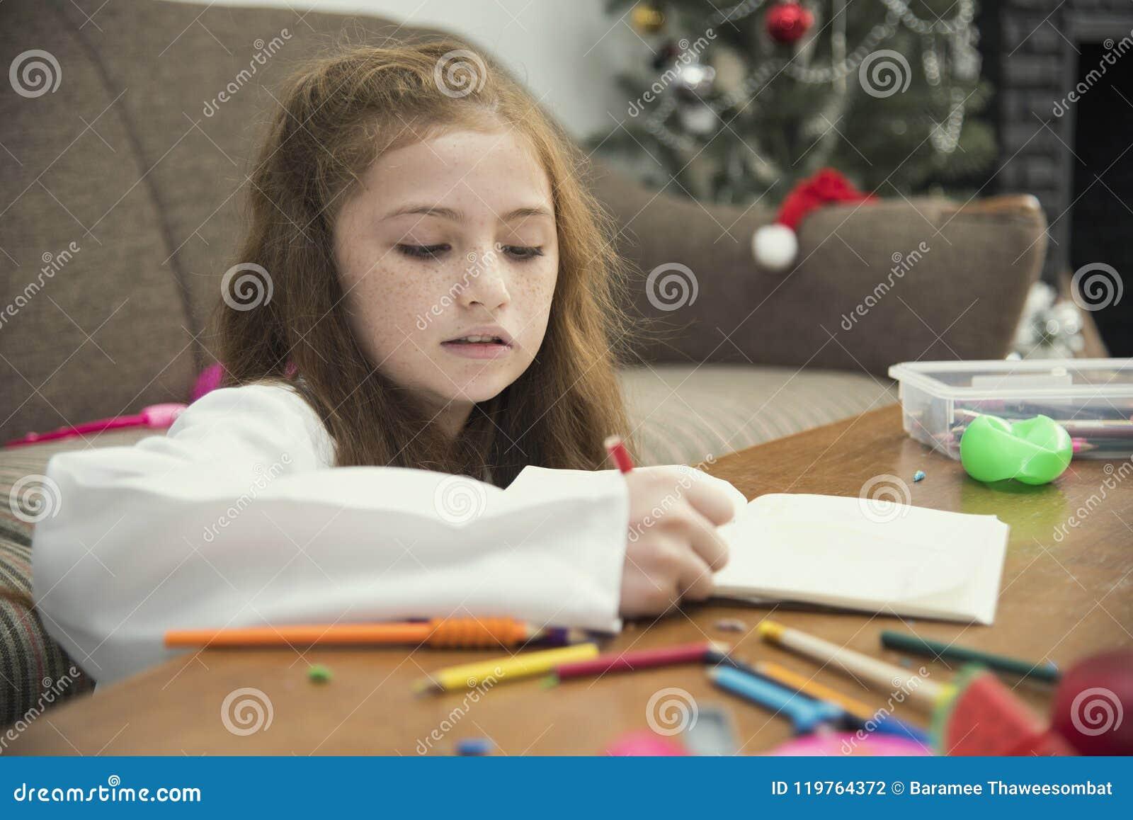 Tiragem da menina imagens coloridas usando pastéis do lápis