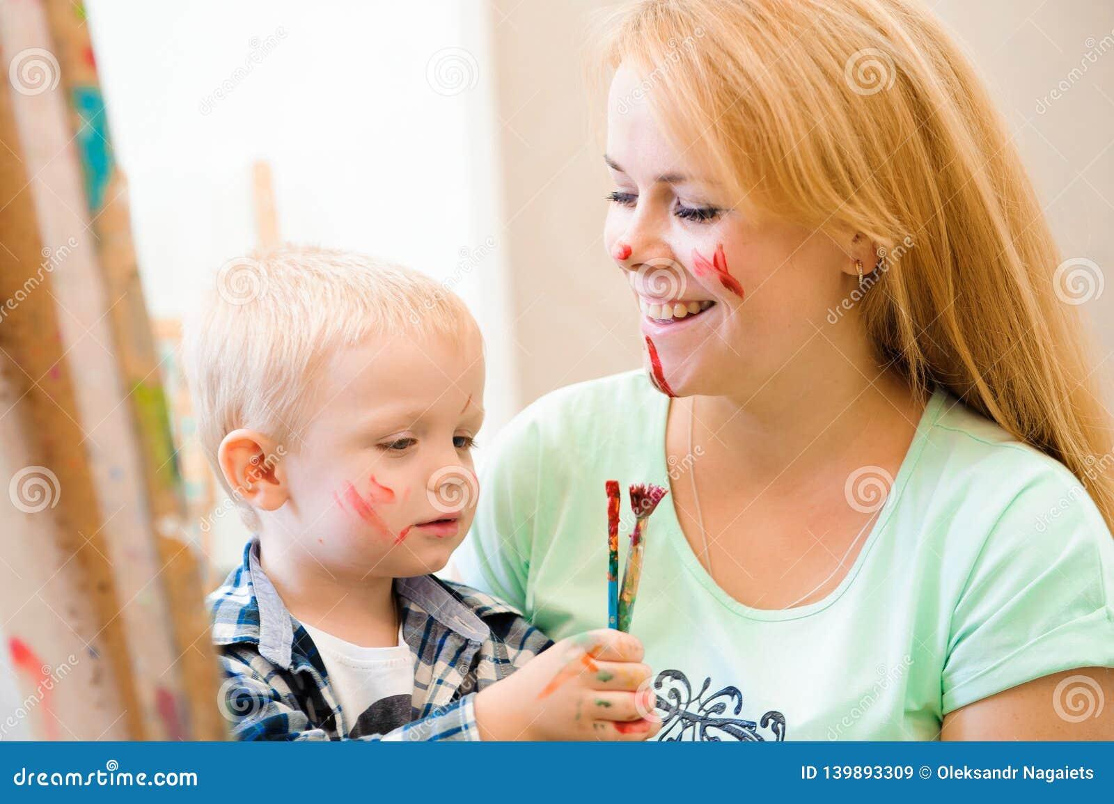 Tiraggio che un immagine dipinge, lezione del bambino e della madre di arte