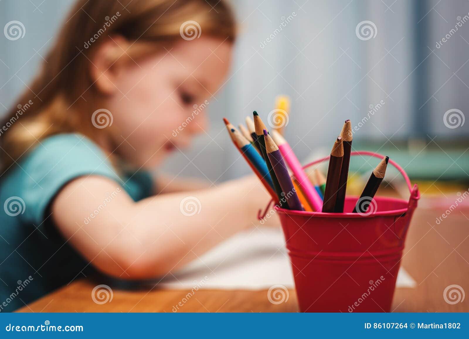 Tiraggio del bambino con i pastelli di colore
