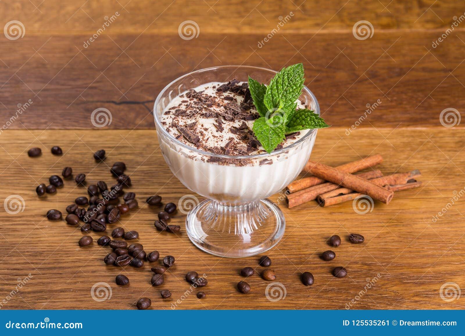 Tiramisu de dessert avec du chocolat et la menthe dans une cuvette