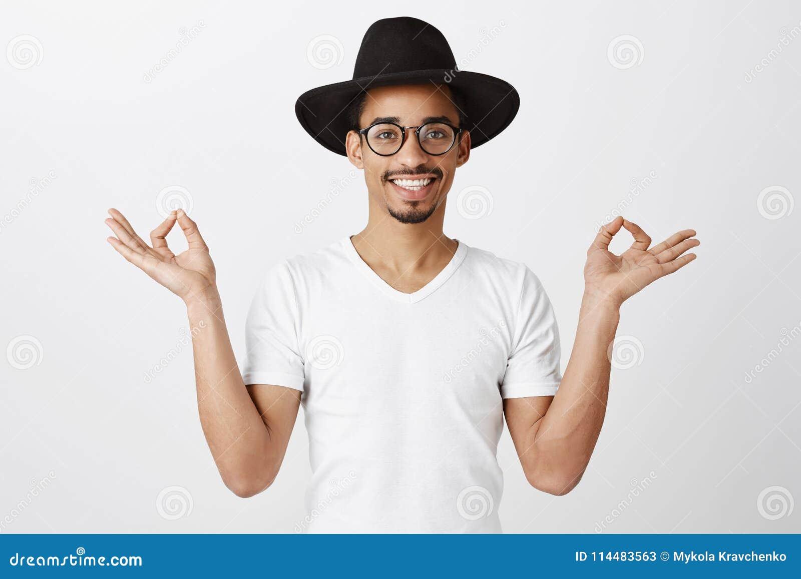ee7050674 Tirando de emociones juntas Retrato del estudio del hombre africano apuesto  en gafas de moda y
