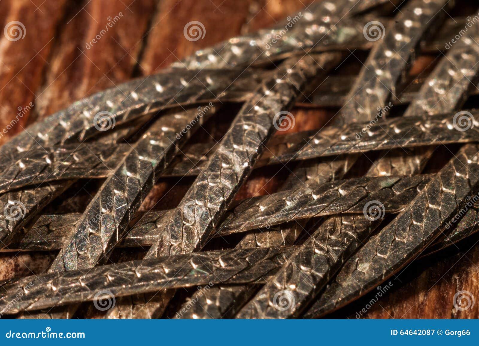 Tiras de metal trenzadas con las escalas