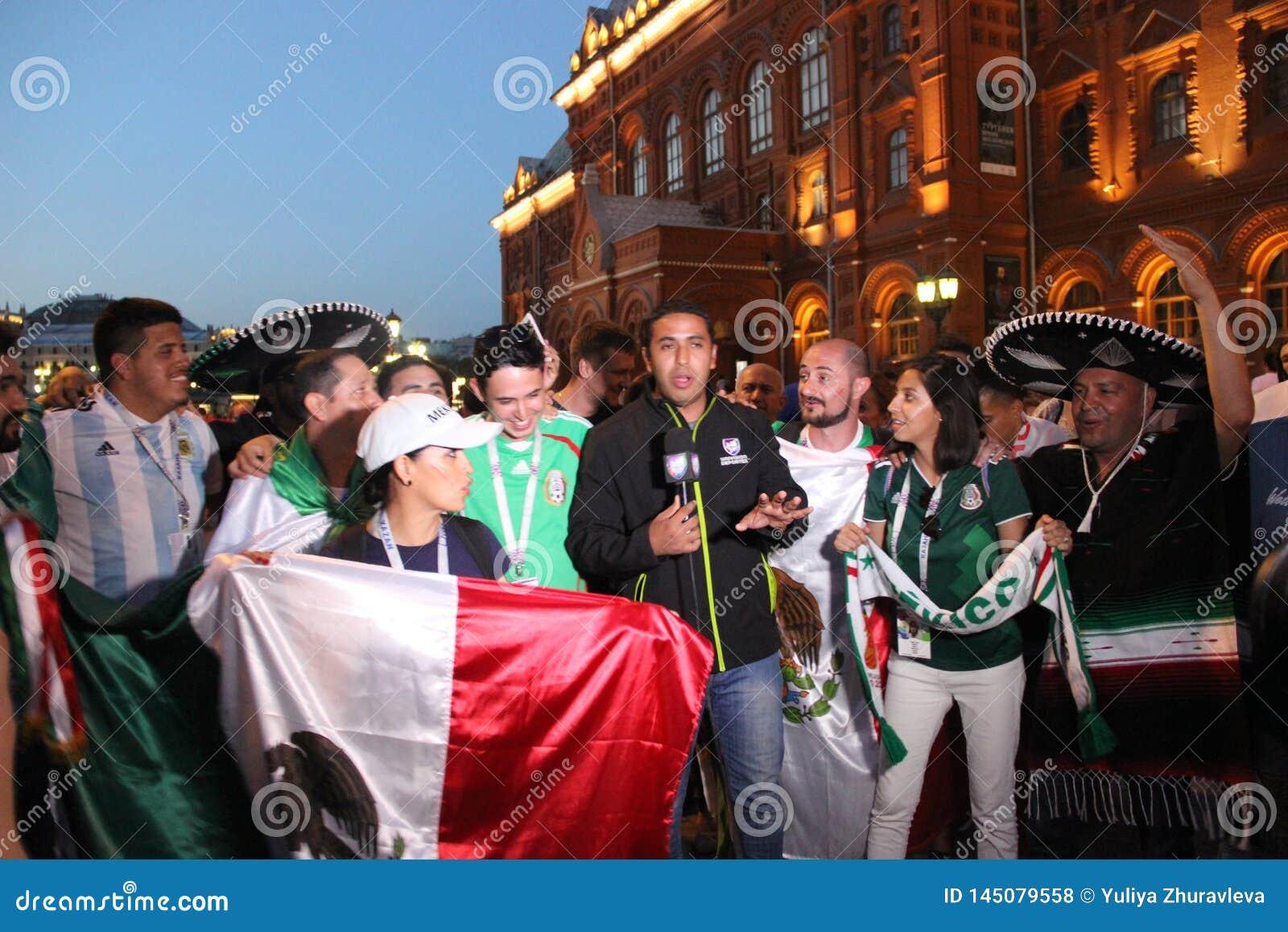 Tire las noticias para la televisi?n mexicana, sea retransmisi?n en directo en la TV con las fans en el mundial en Mosc?