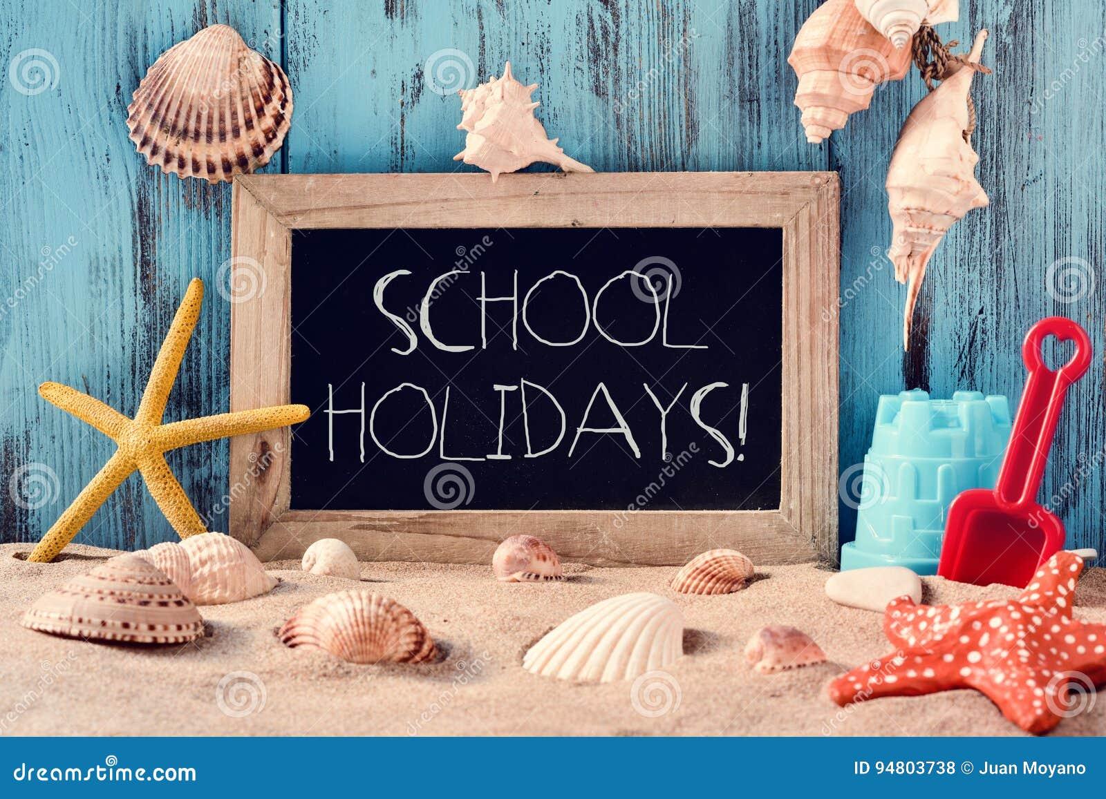 Tiri i giocattoli, le conchiglie, le stelle marine e le vacanze scolastiche in secco del testo