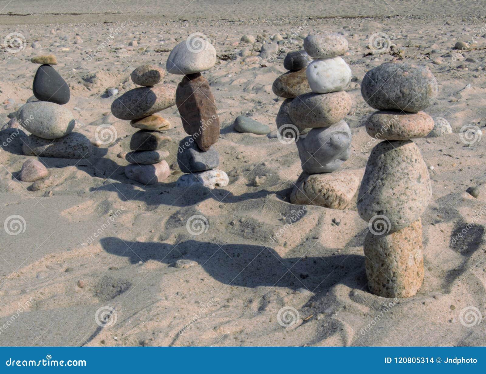 Tiri le figure in secco di pietra che marciano fuori nella distanza
