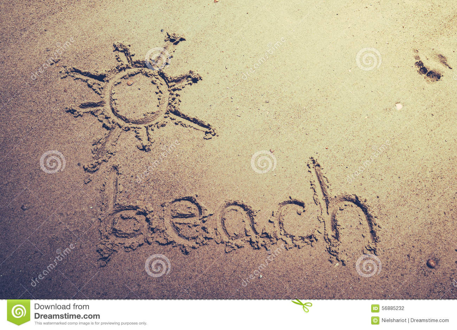 Tiri scritto a mano in secco nella sabbia della spiaggia con un sole adorabile