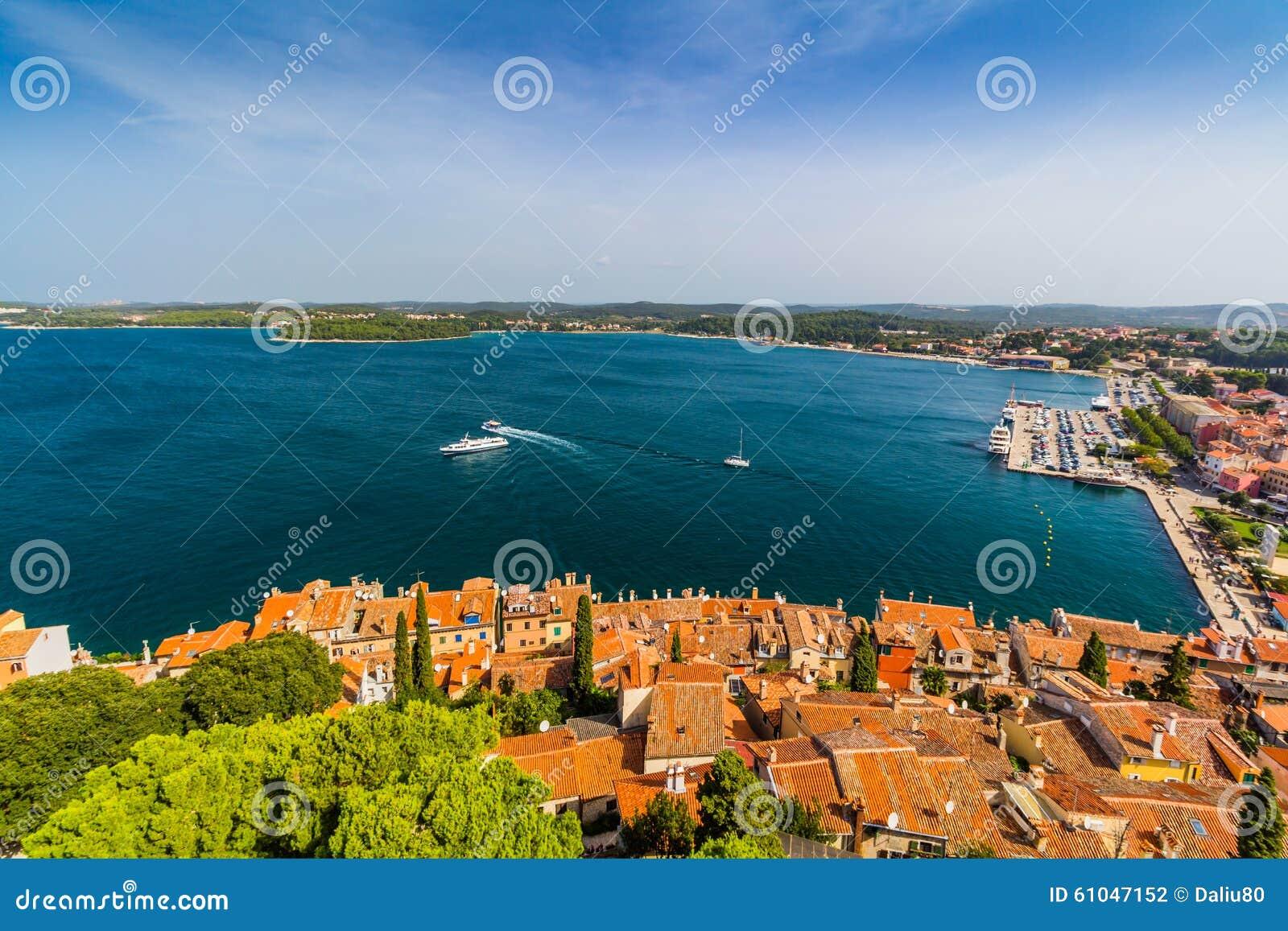 Tiro aéreo da cidade velha Rovinj, Istria, Croácia