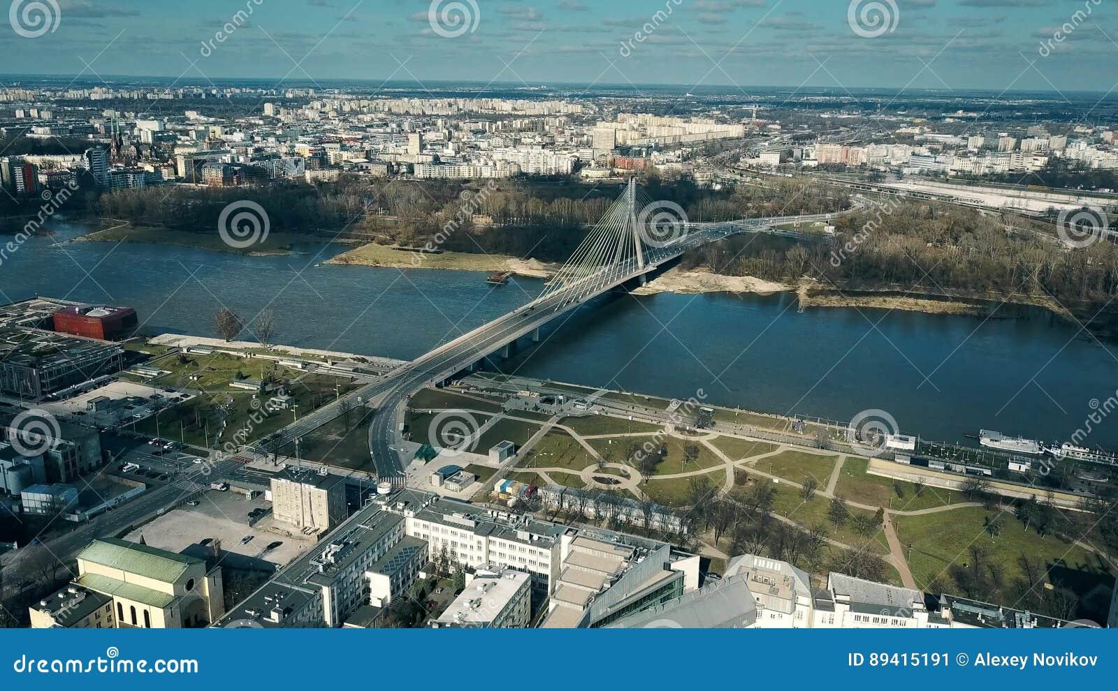 Tiro aéreo da terraplenagem de Vistula River e da ponte de cabo transversal santamente em Varsóvia, Polônia