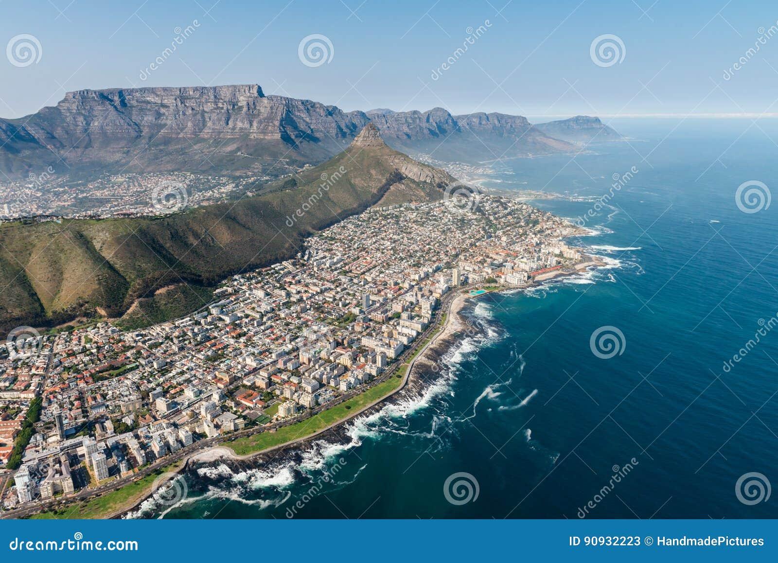 Tiro aéreo de Cape Town con el foco en punto del mar