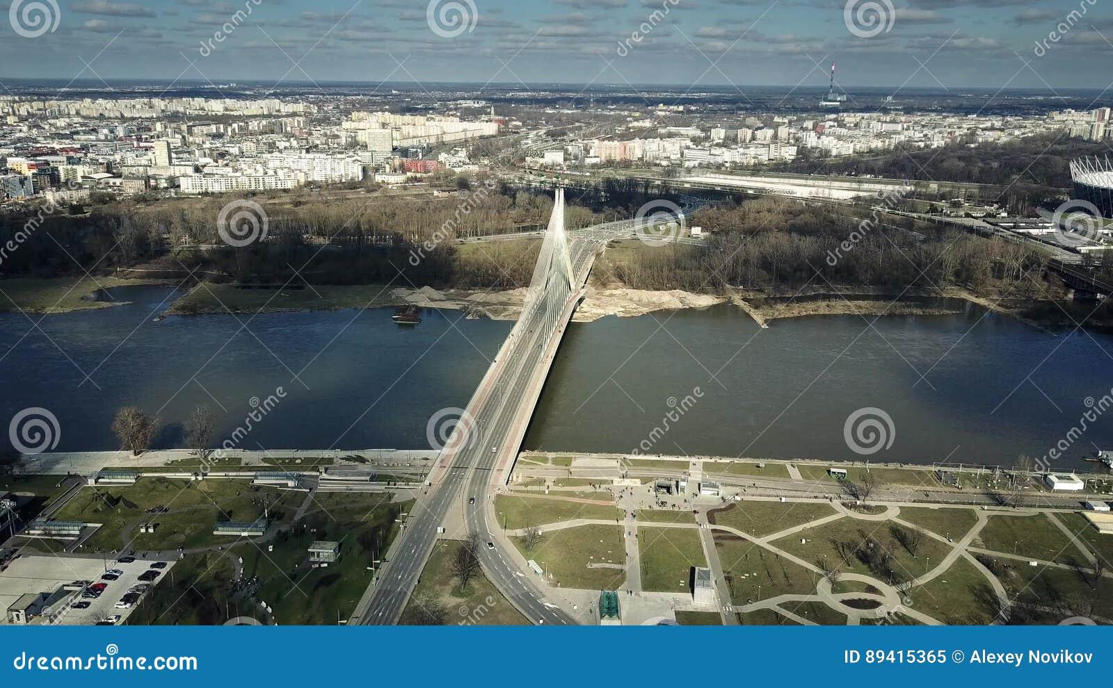 Tiro aéreo de Vistula River e de ponte de cabo em Varsóvia, Polônia