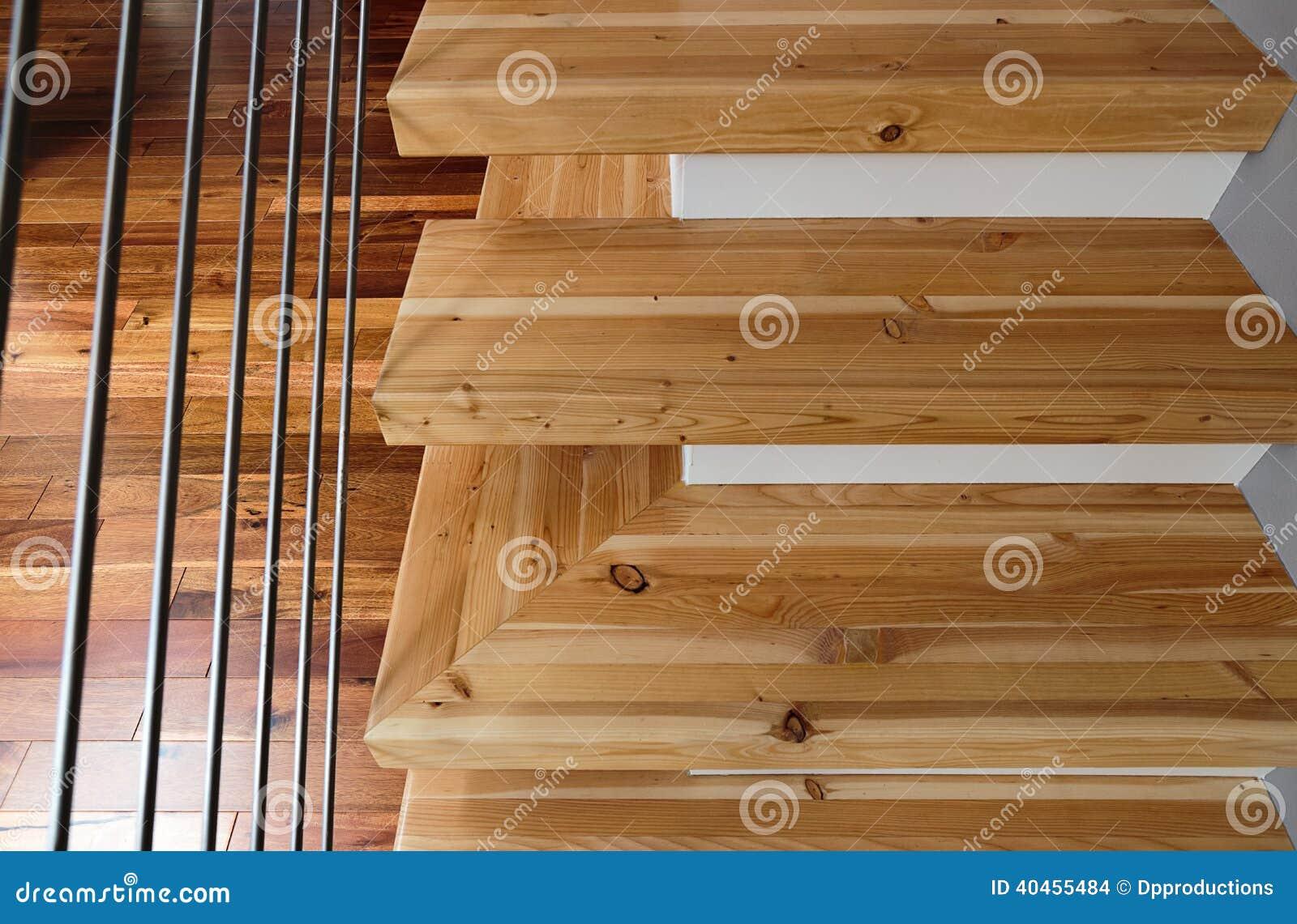 Tiro abstracto de escaleras de madera modernas foto de - Fotos de escaleras de madera ...