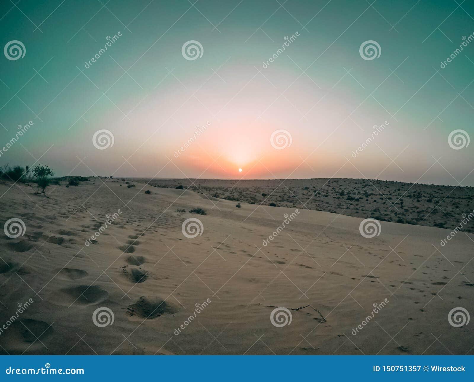 Tiro ancho hermoso de un desierto en Baran, la India durante puesta del sol