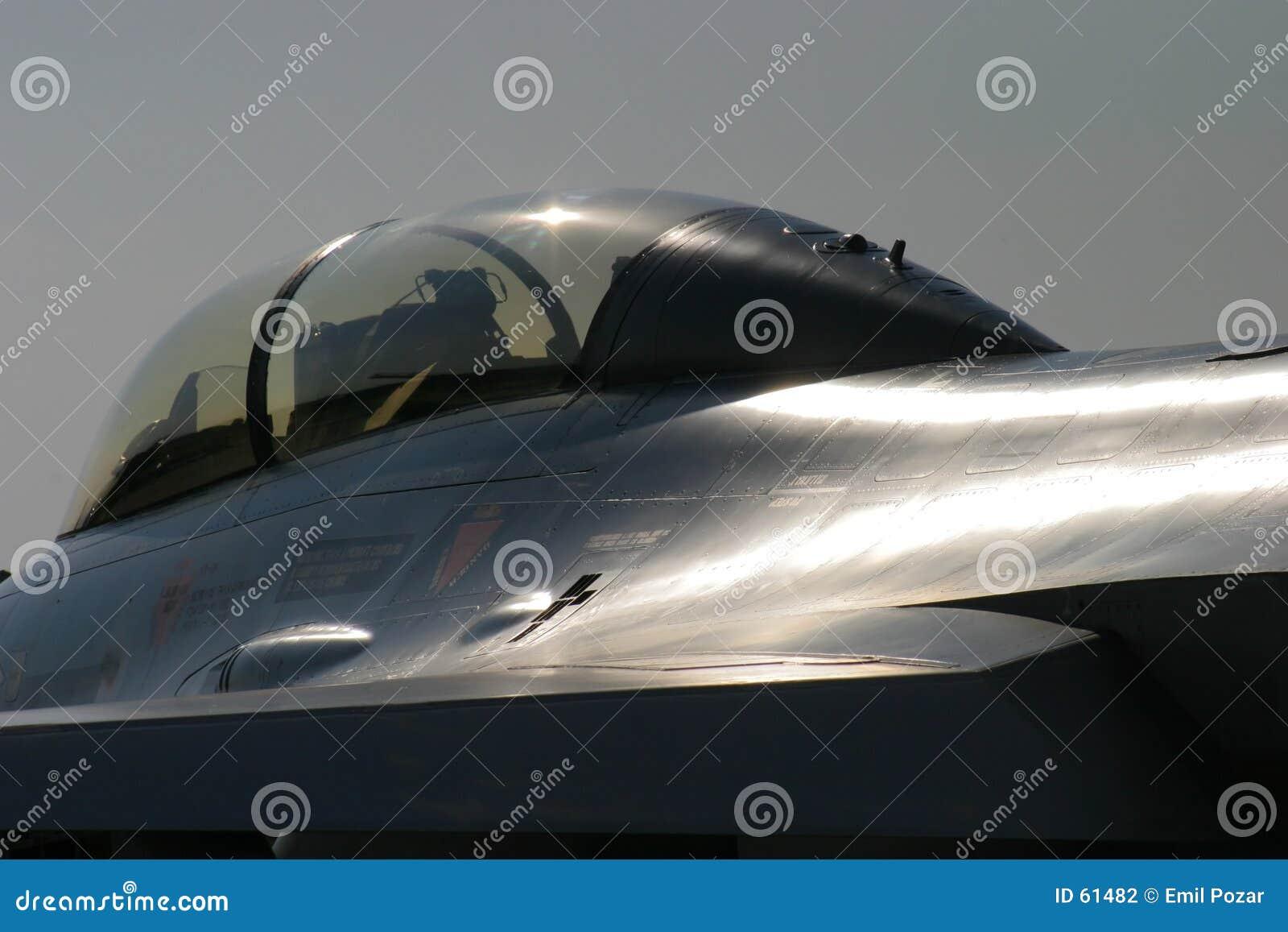 Tiro artístico del F-16 del halcón de la lucha