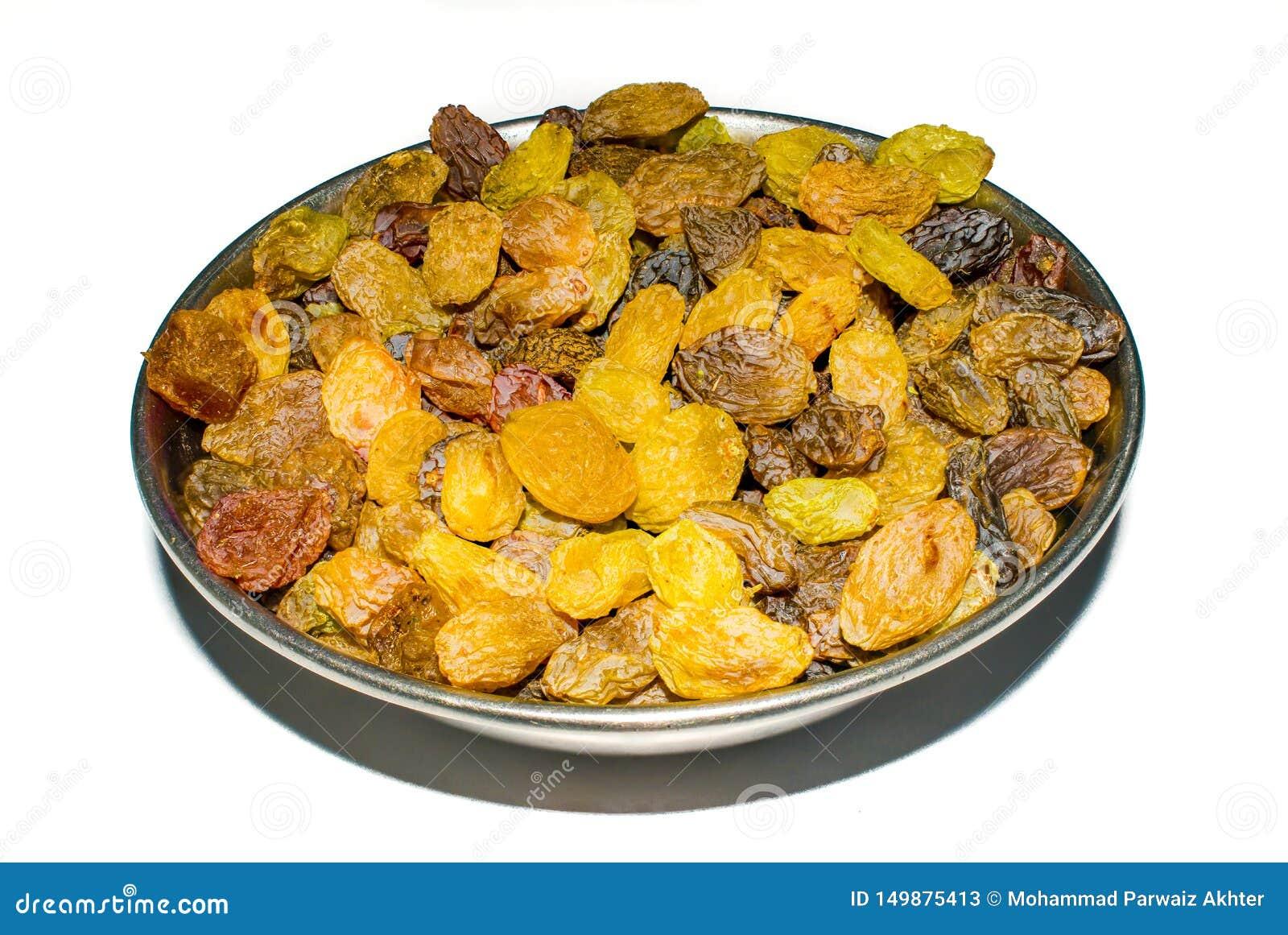 Tiro ascendente próximo de passas orgânicas, uvas doces secadas