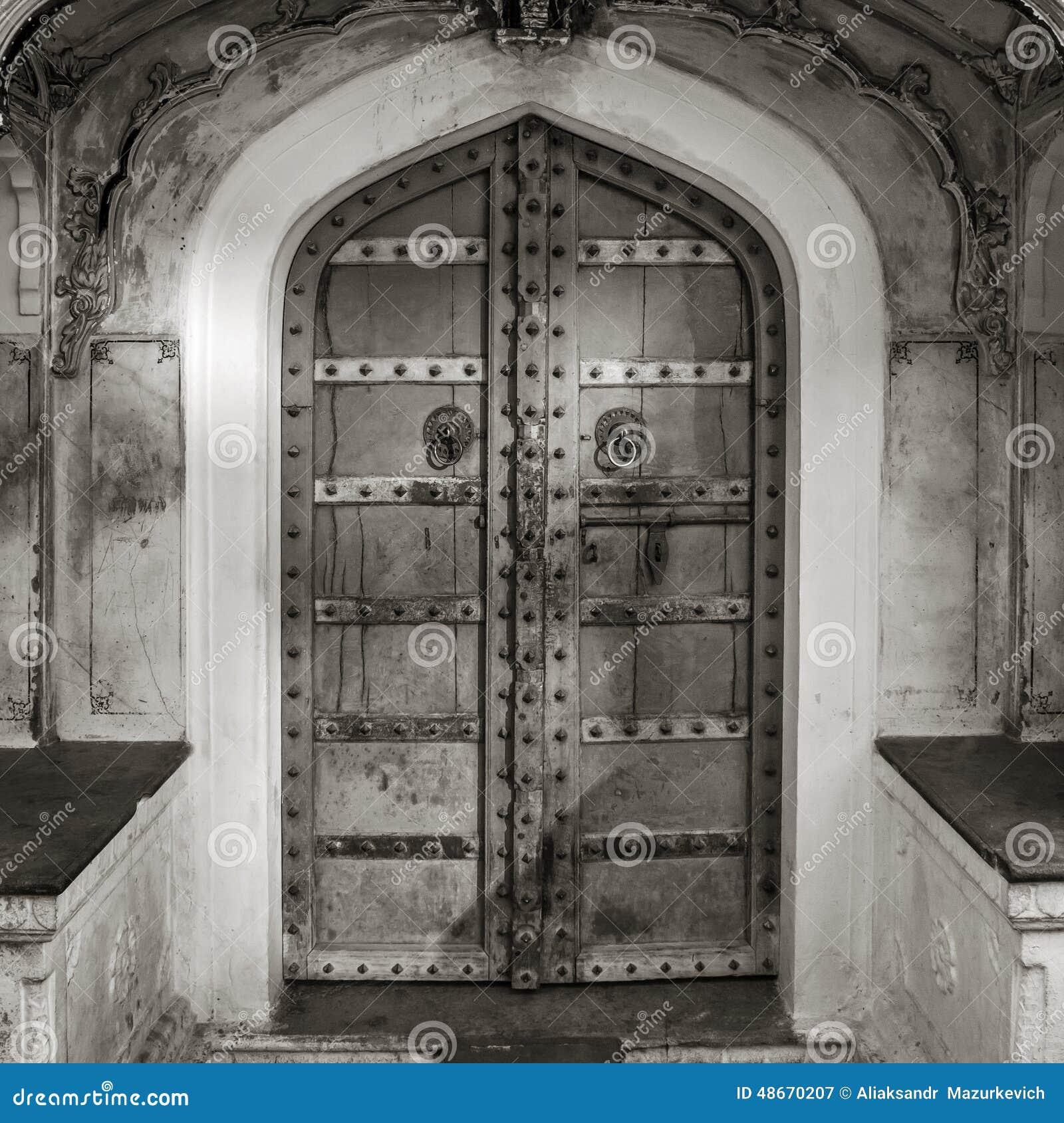 tiro blanco y negro de puertas antiguas