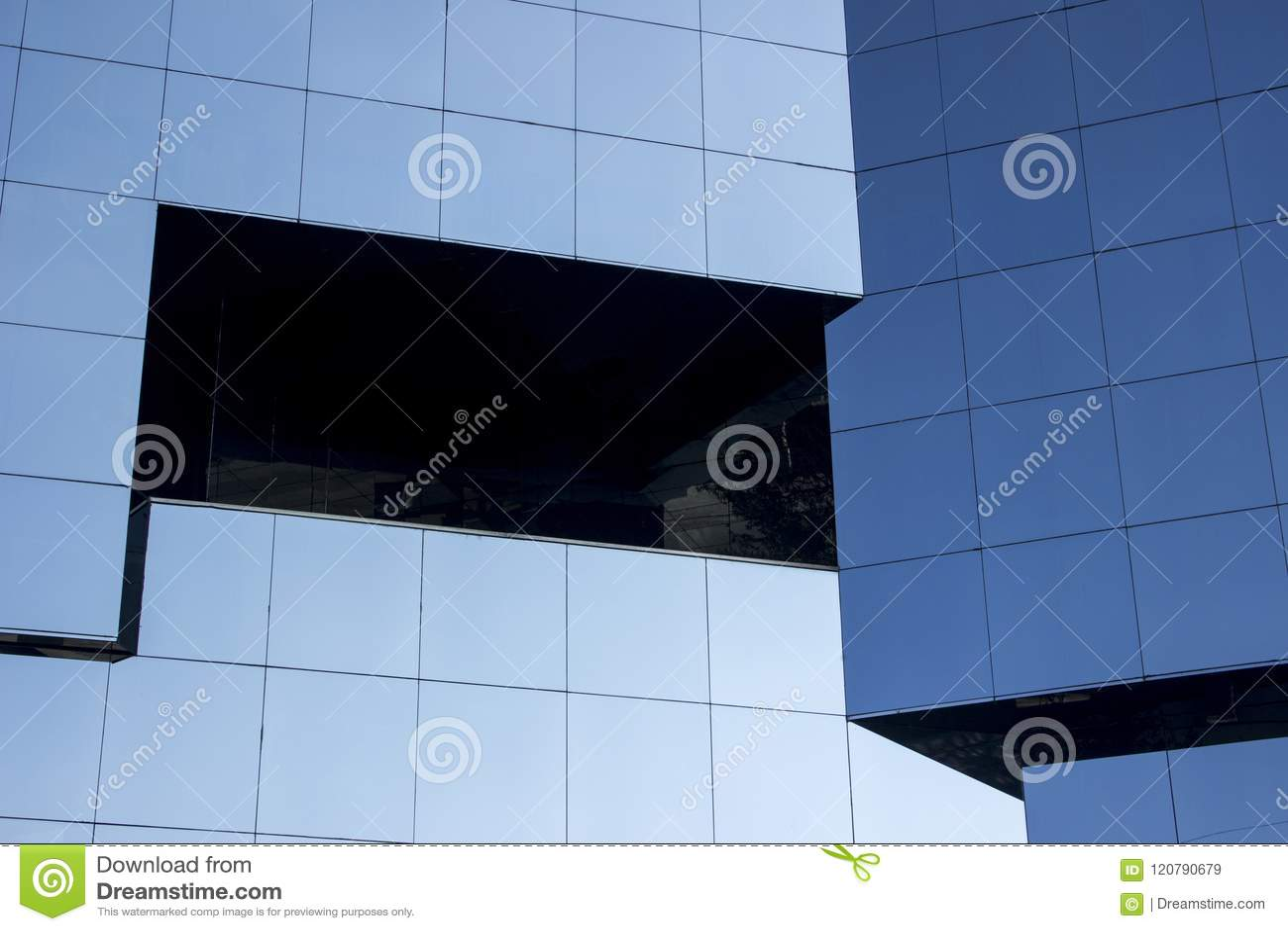 Tiro cercano de un façade moderno liso de la pared de la ventana de cristal