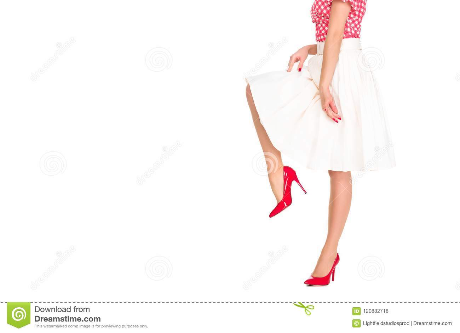 Tiro colhido da mulher nos saltos altos e na saia vermelhos