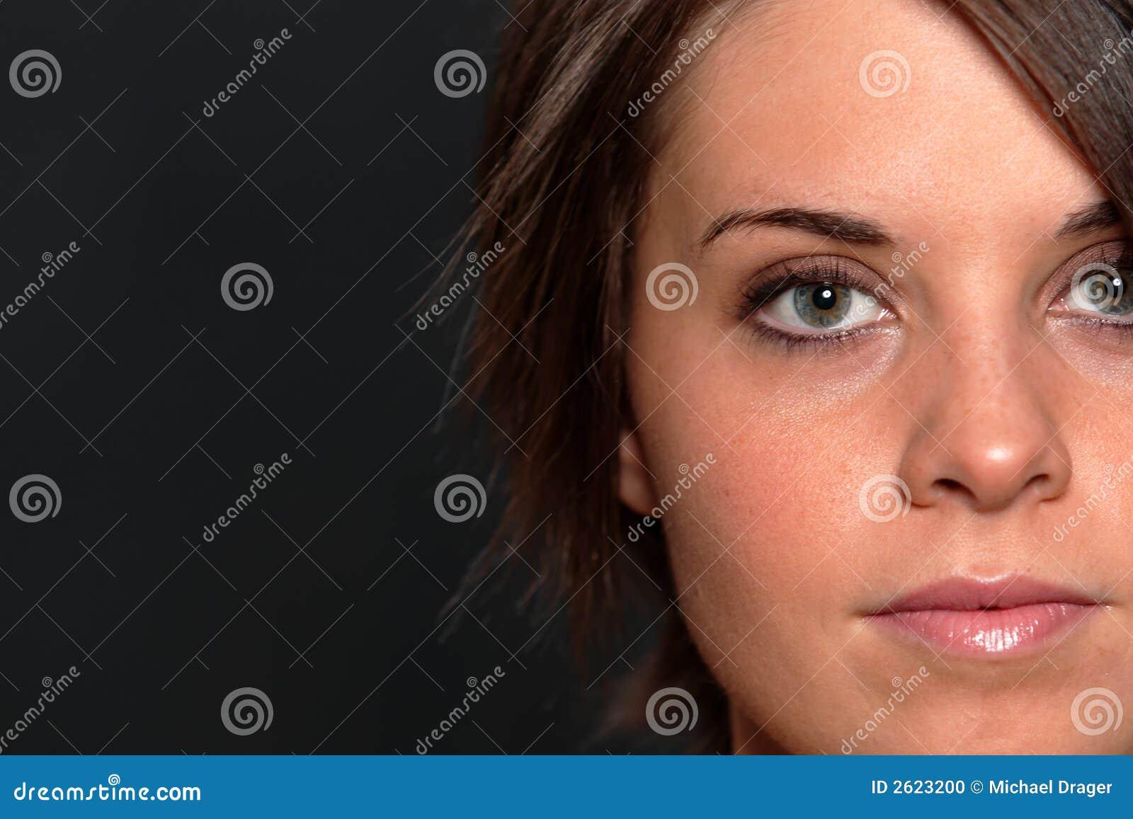 Tiro da face da mulher nova