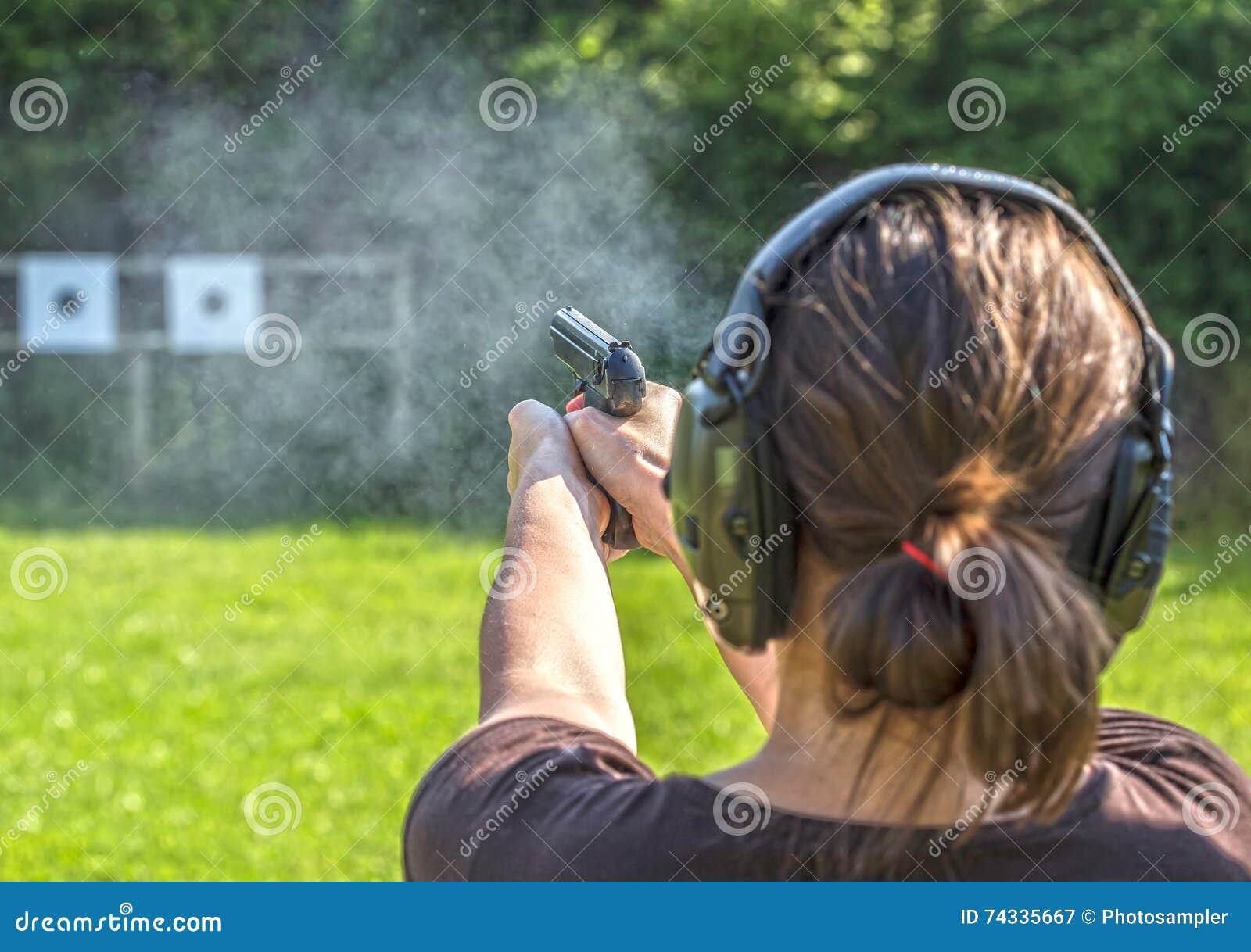 Tiro da menina com uma arma