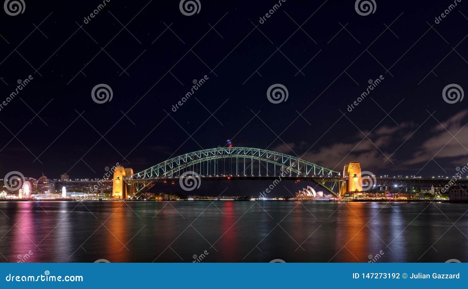 Tiro da noite de Sydney Harbour Bridge e do teatro da ópera do ponto de Milsons, NSW, Austrália