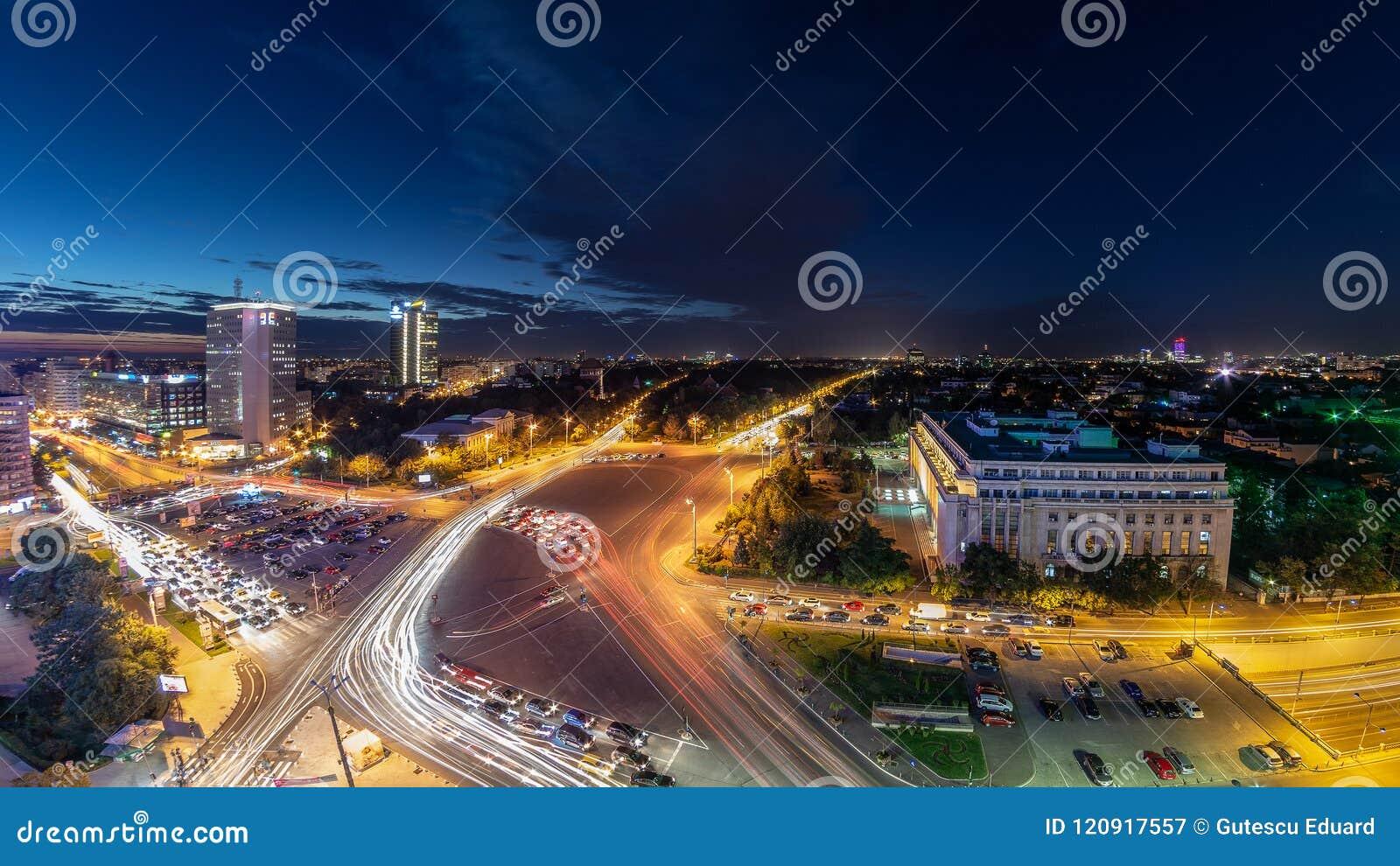 Tiro da noite do tráfego do centro do quadrado de Bucareste Victoriei