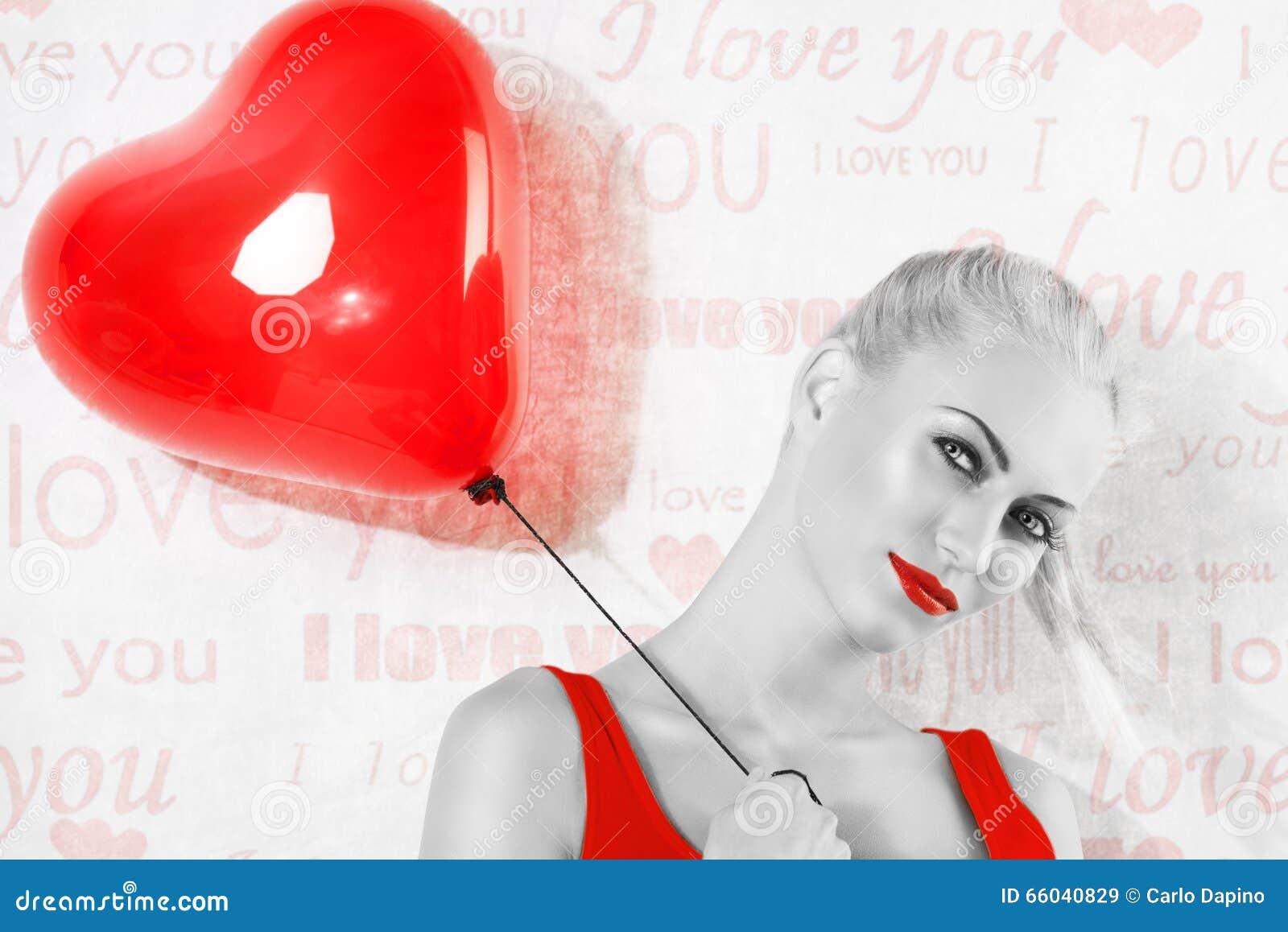 Tiro de BW, da menina loura  sexy  com o balão vermelho do coração