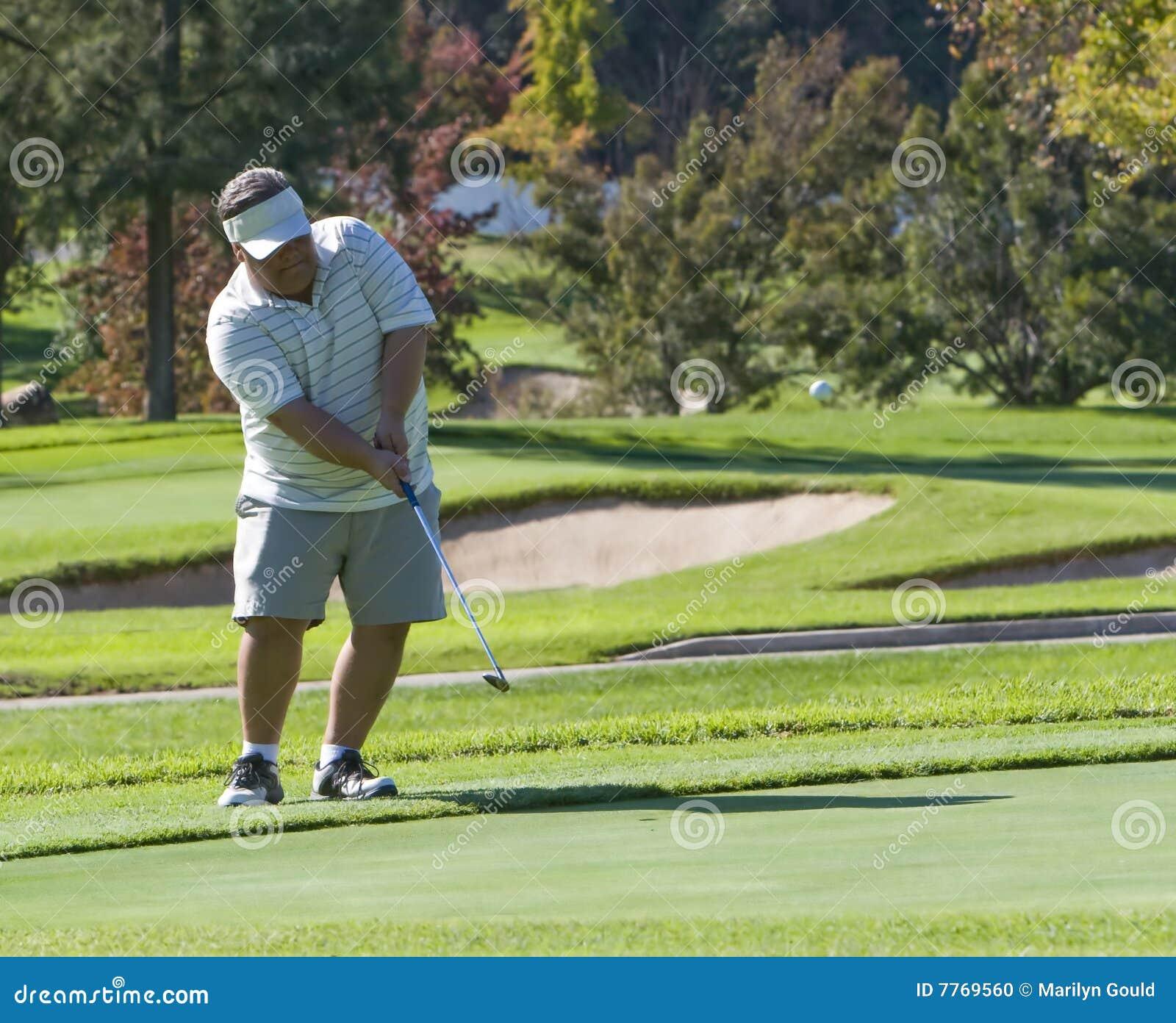 Tiro de microplaqueta do jogador de golfe