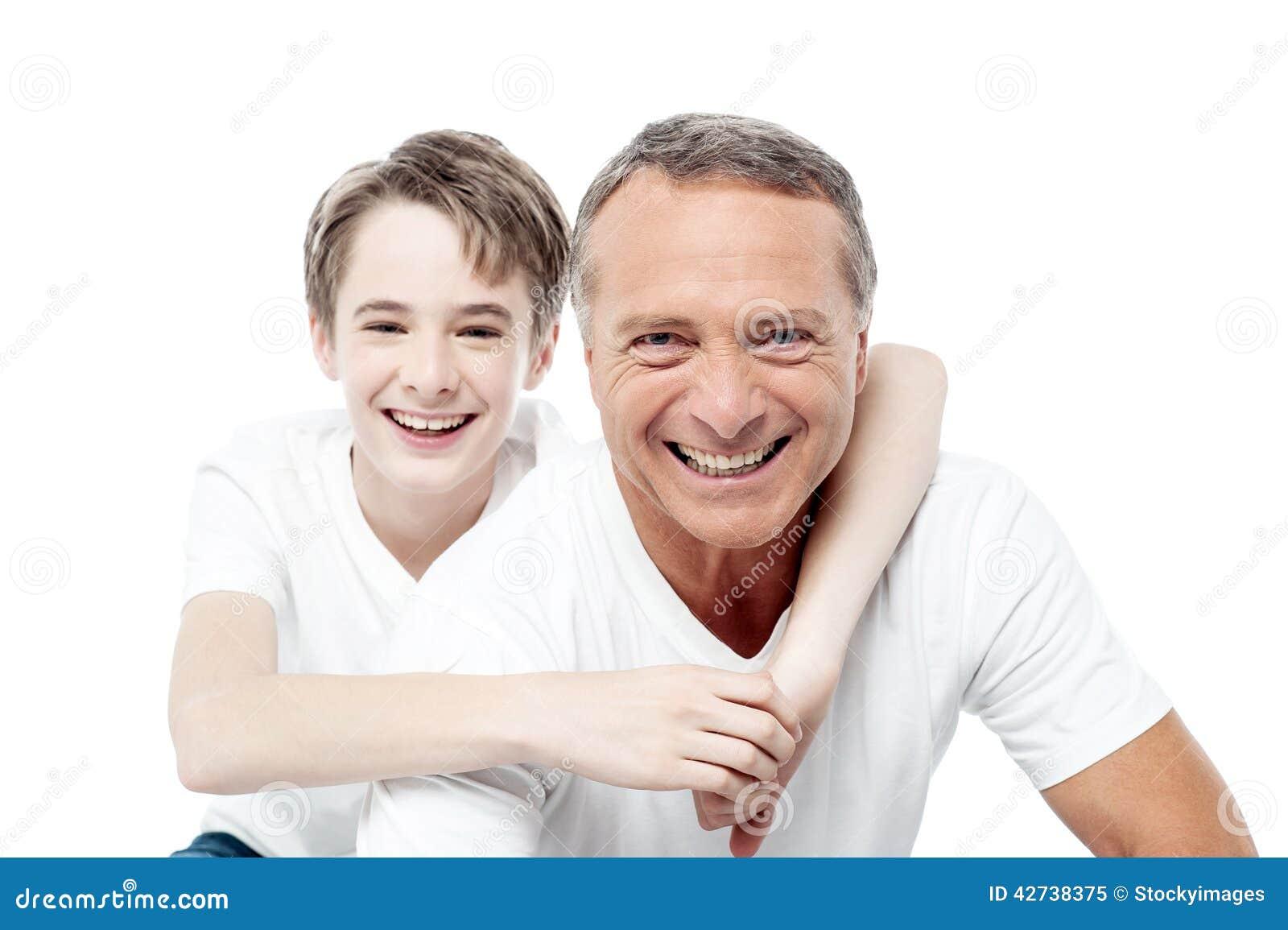 Tiro de sorriso de um pai e de um filho
