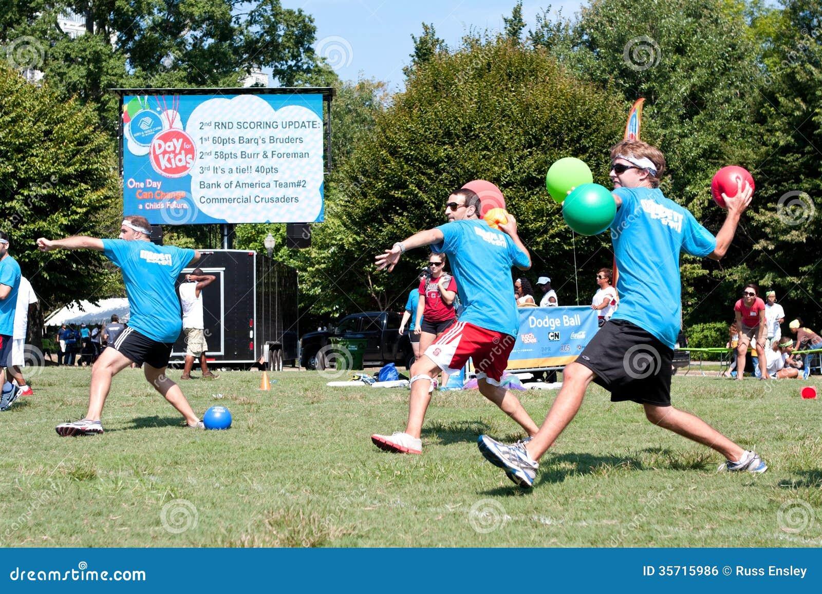 Juegos aire libre jovenes