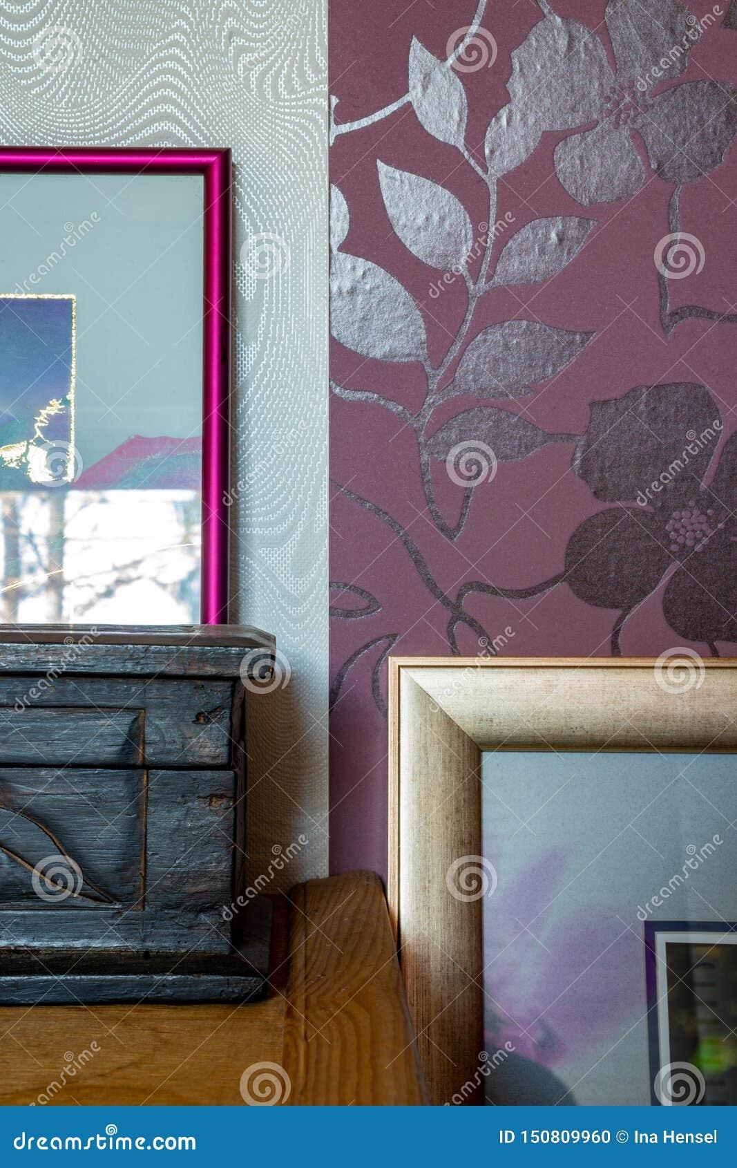 Tiro detalhado da decoração da casa - quadros e caixas