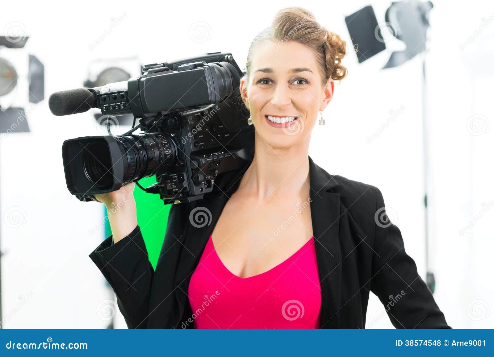 Tiro do Camerawoman com a câmera no grupo do filme