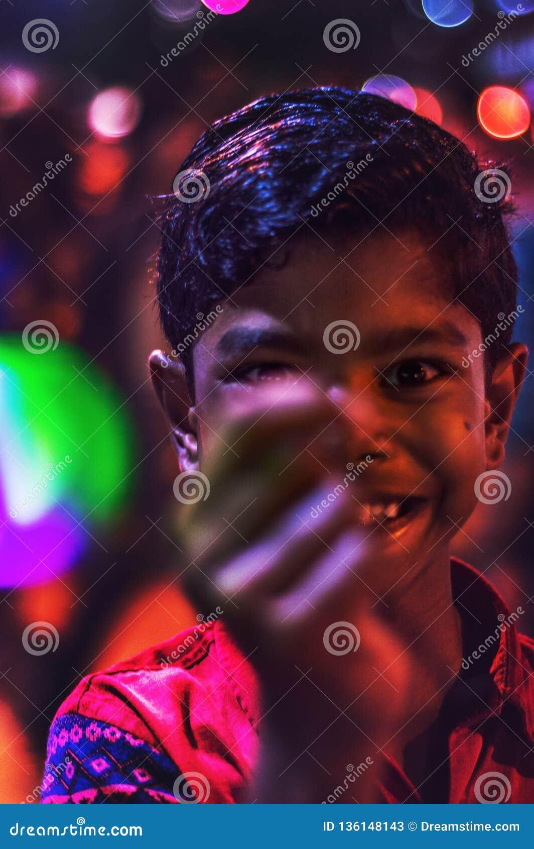 Tiro do close up da criança que joga com uma bola conduzida