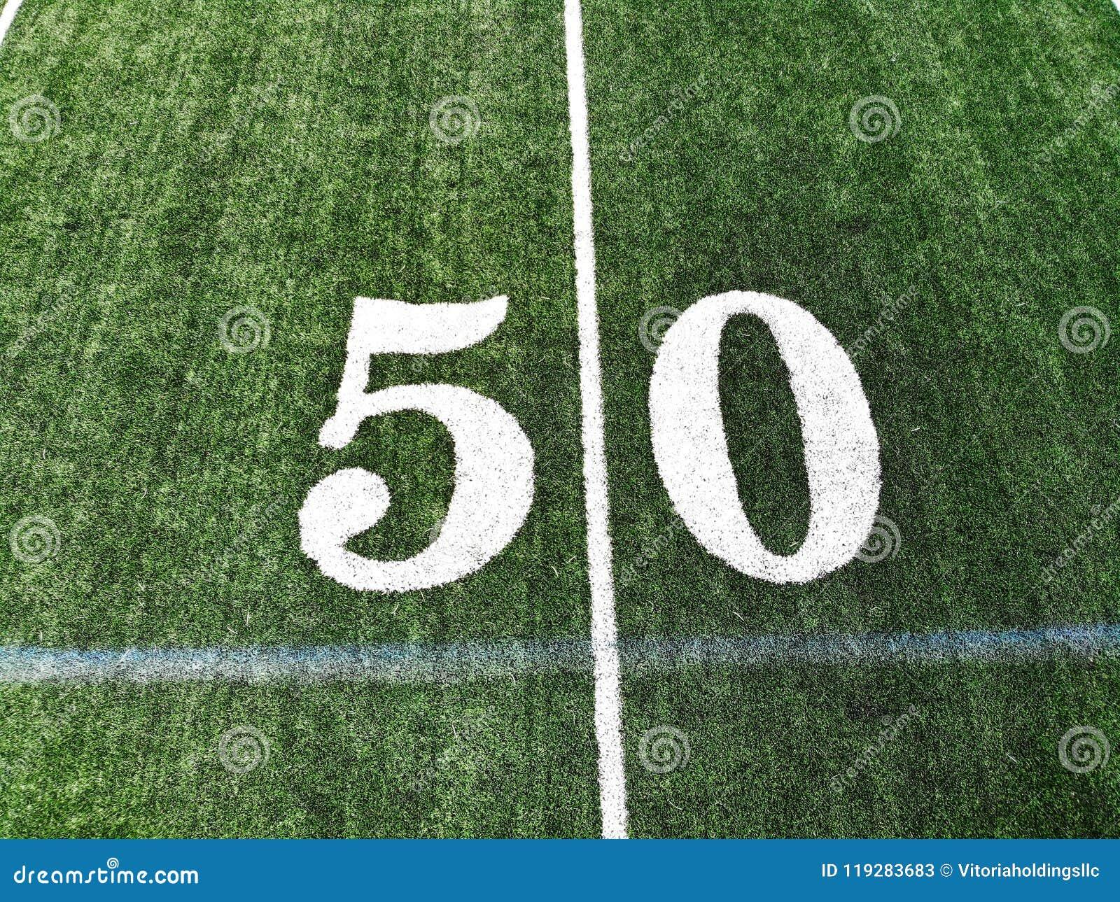 Tiro do zangão do campo de Mark On An American Football de 50 jardas