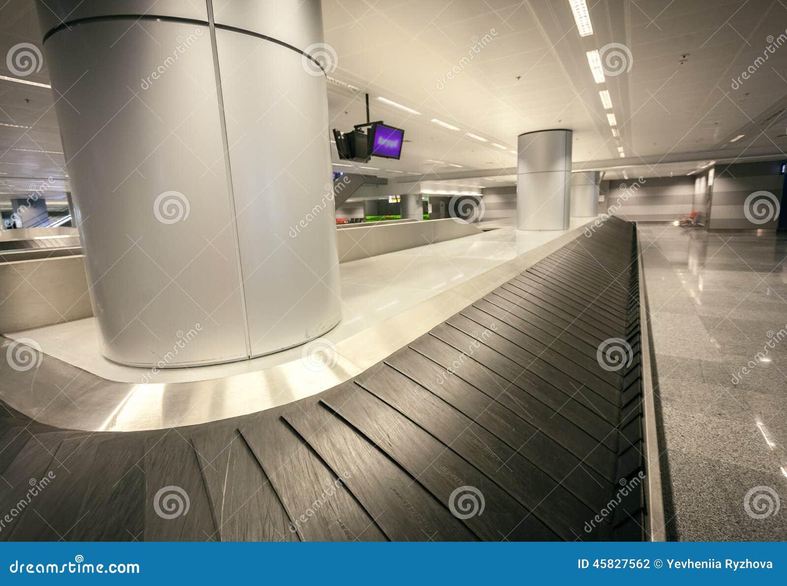 Tiro granangular de la demanda vacía del equipaje en el terminal de aeropuerto