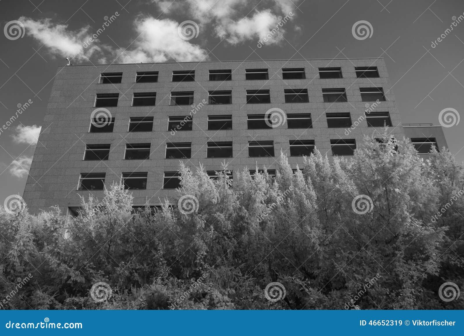 Tiro infrarrojo blanco y negro del edificio de oficinas